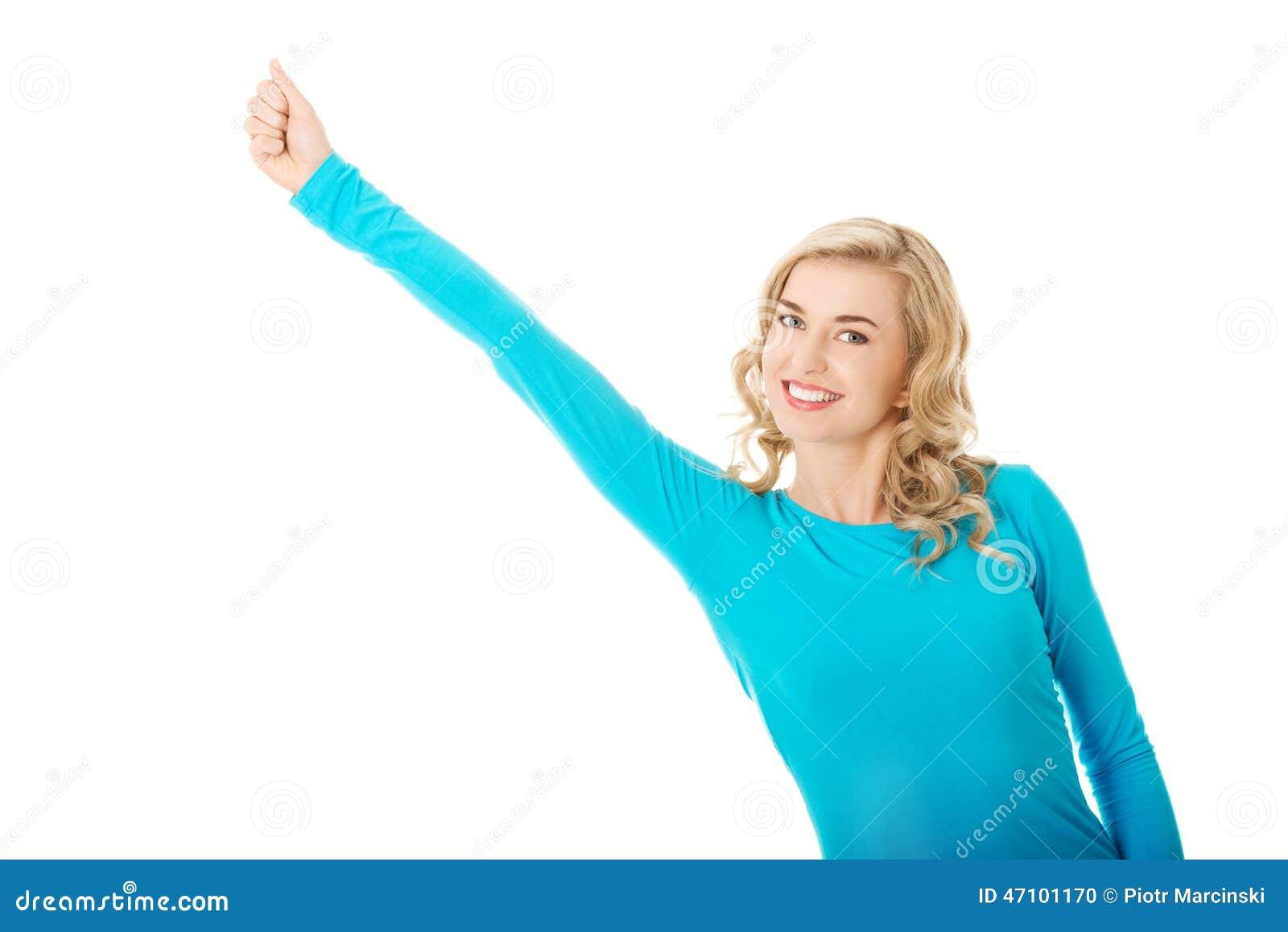 Frau in voller Länge, die Siegergeste macht