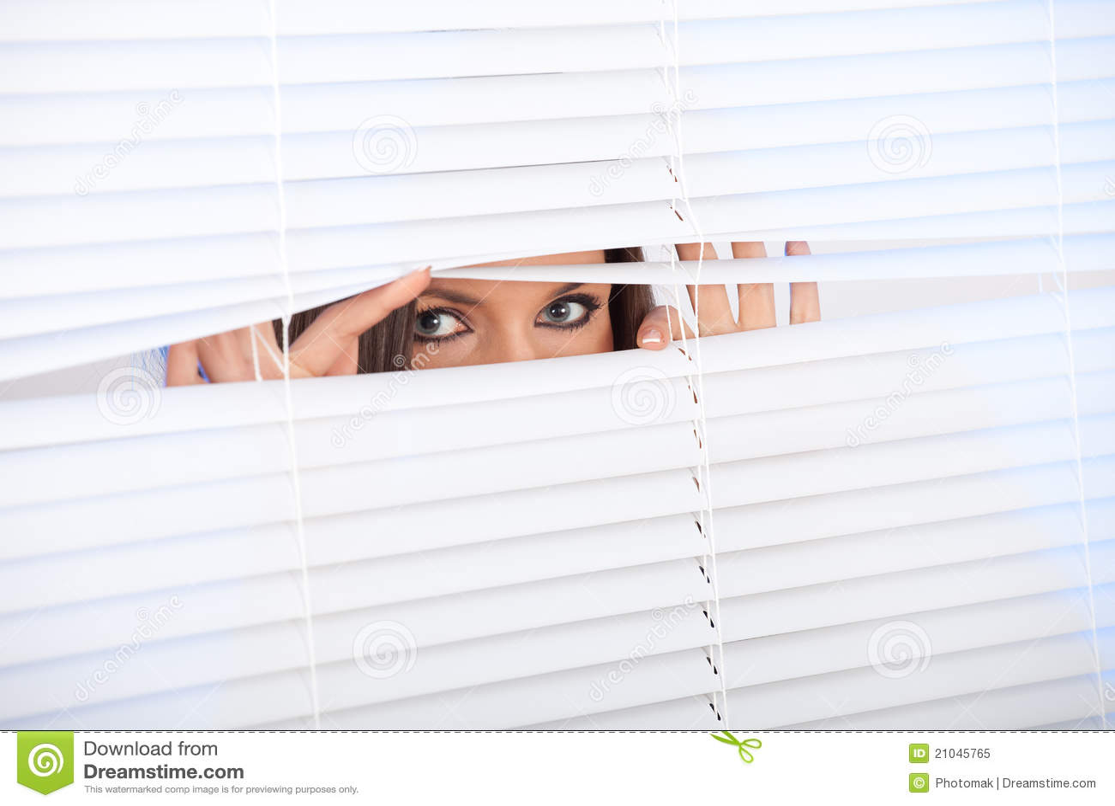 Frau wartet mit Hoffnung nahe Fenster