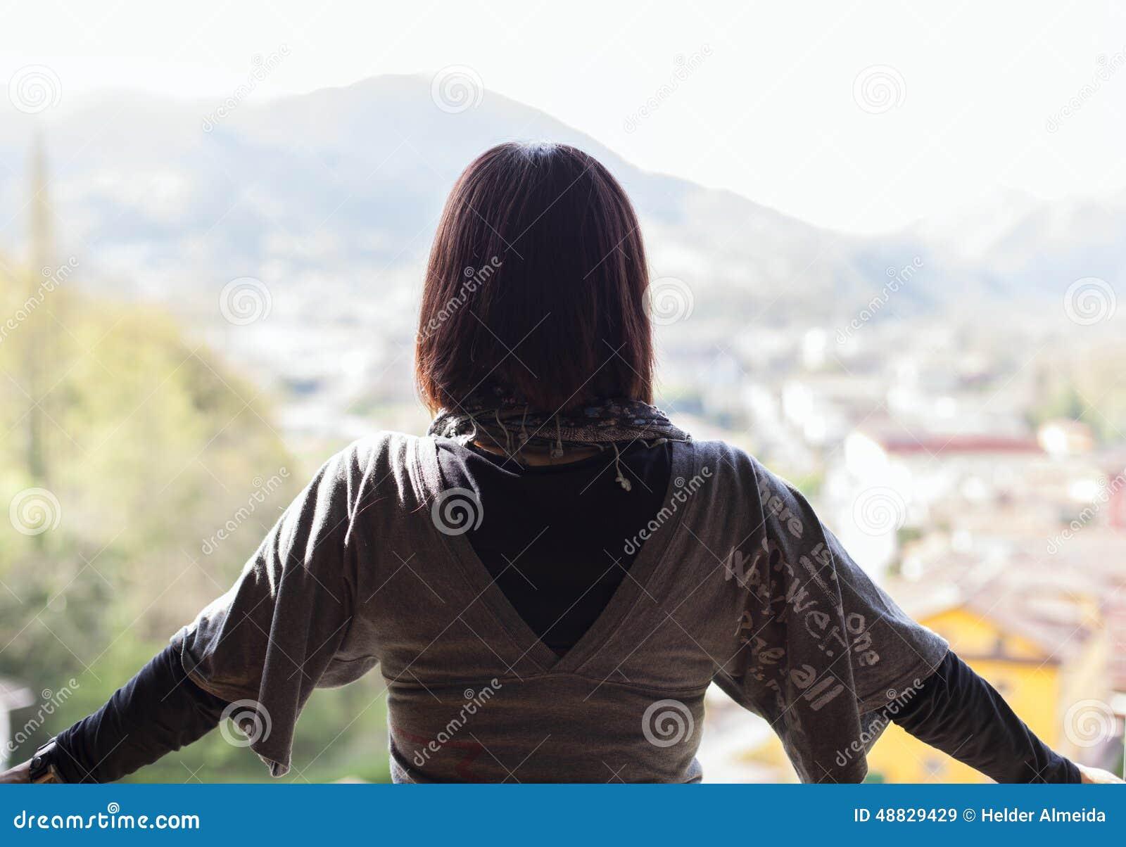Frau, welche die Ansicht betrachtet