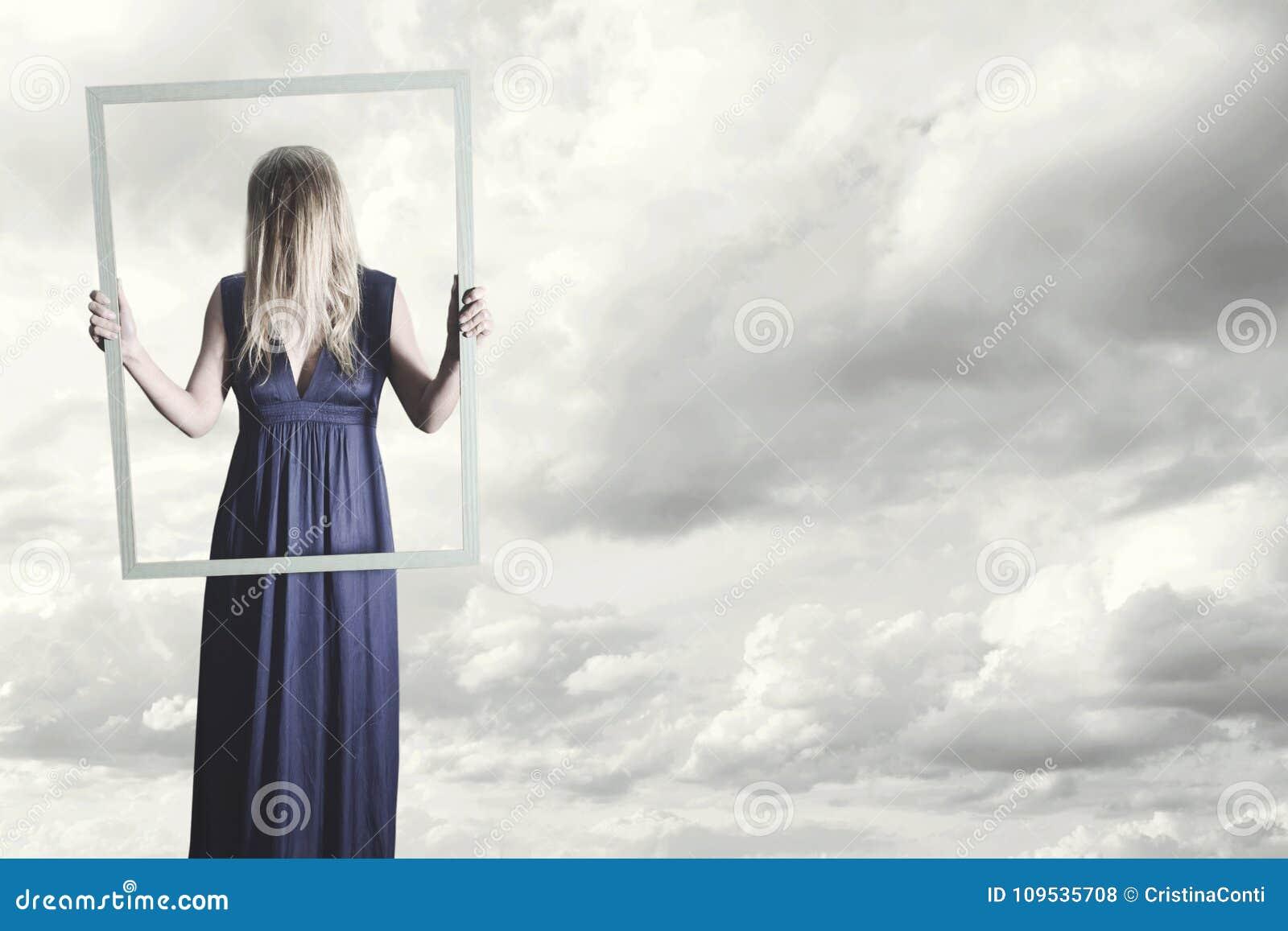 Frau Zeigt Sich Im Rahmen Einer Malerei Mit Ihrem Haar, Das Ihr ...