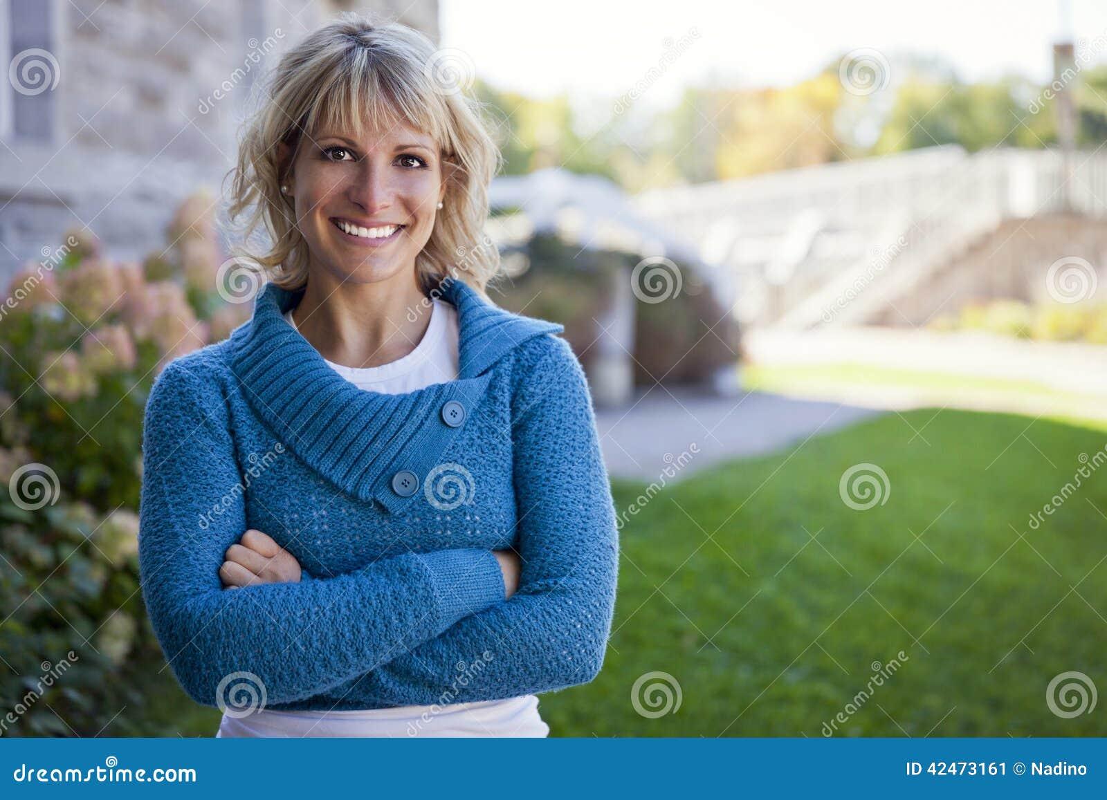 Frau zu Hause draußen