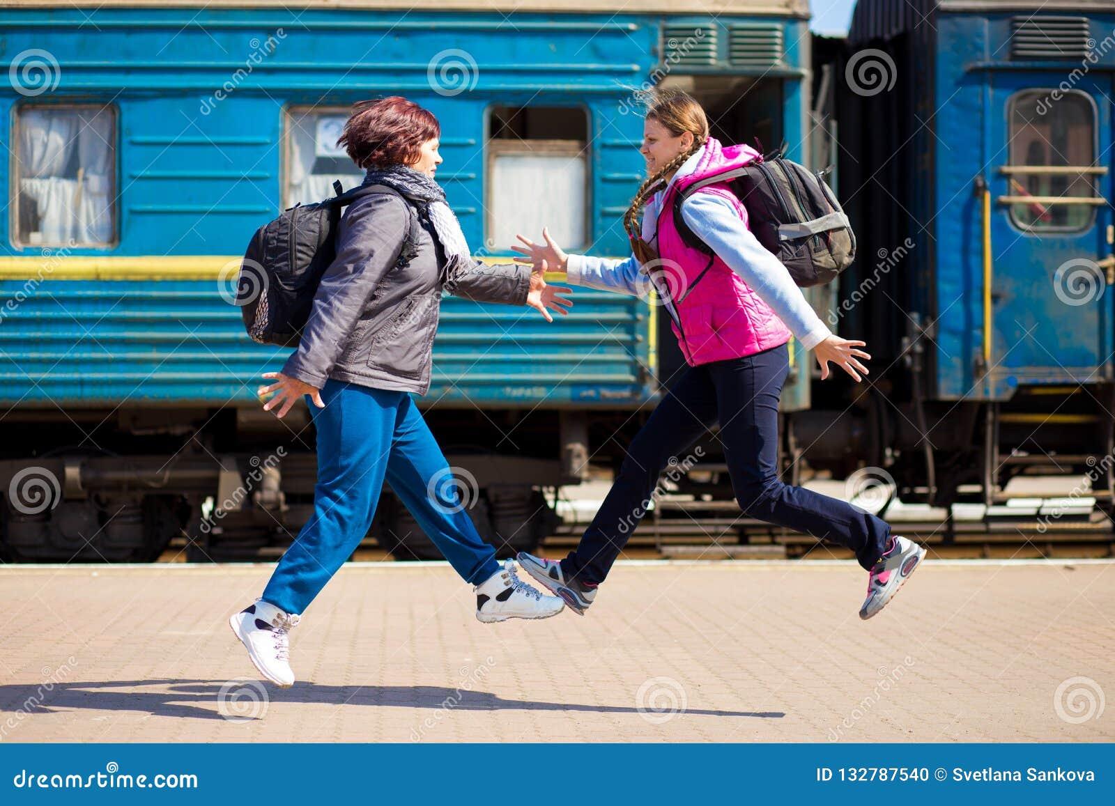 Frau zwei mit Rucksacklauf am Bahnhof