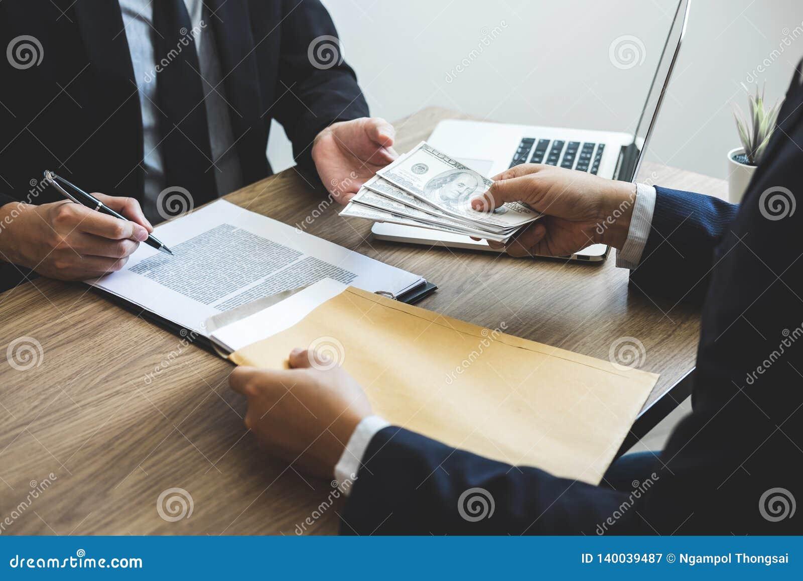 Fraude Malhonnete En Argent Illegal D Affaires Homme D Affaires Donnant L Argent De Paiement Illicite Chez Les Hommes D Affaires Image Stock Image Du Fraude Paiement 140039487
