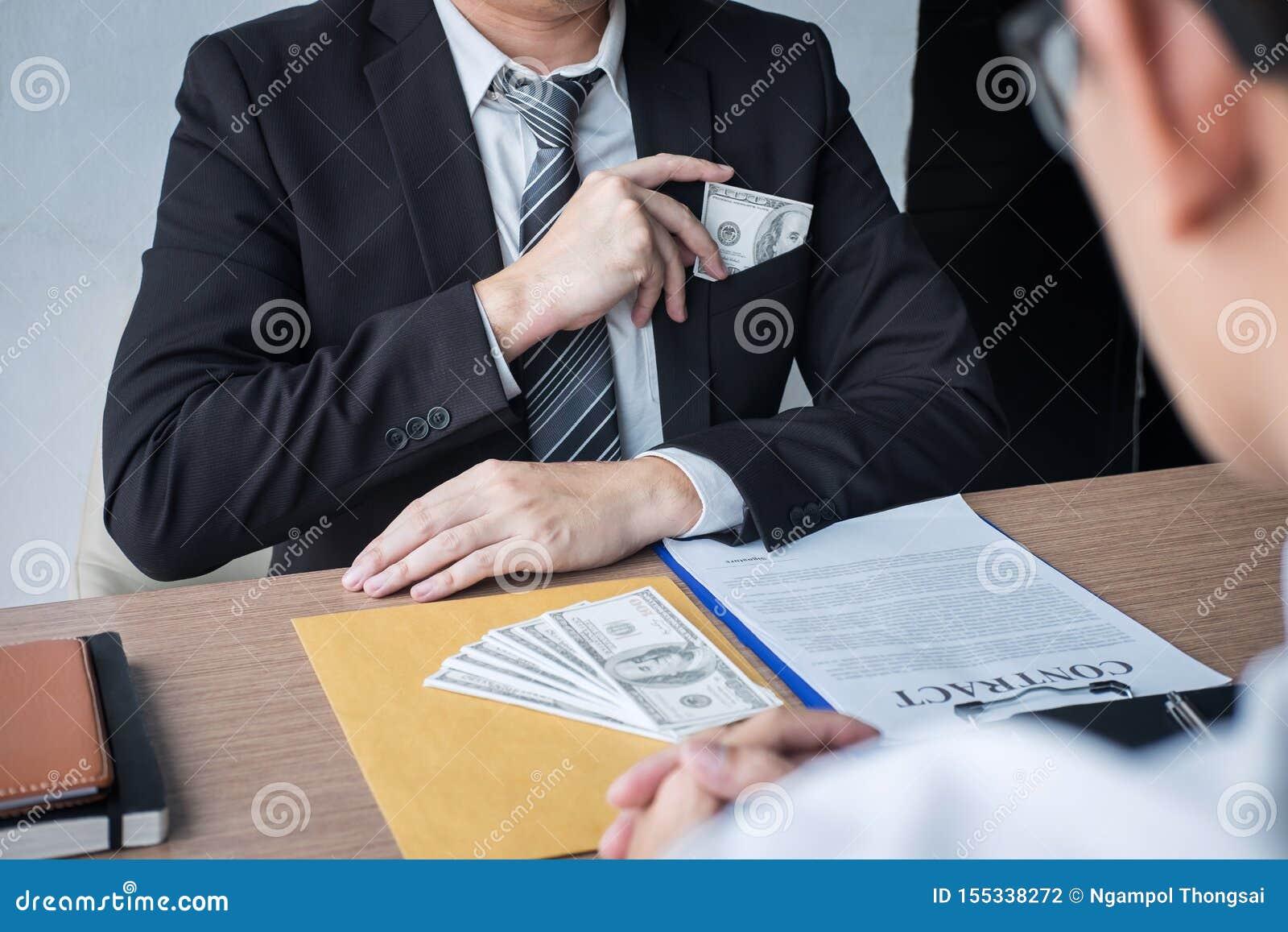 Fraude malhonnête en argent illégal, homme d affaires donnant à argent de paiement illicite la forme de billets d un dollar à tan