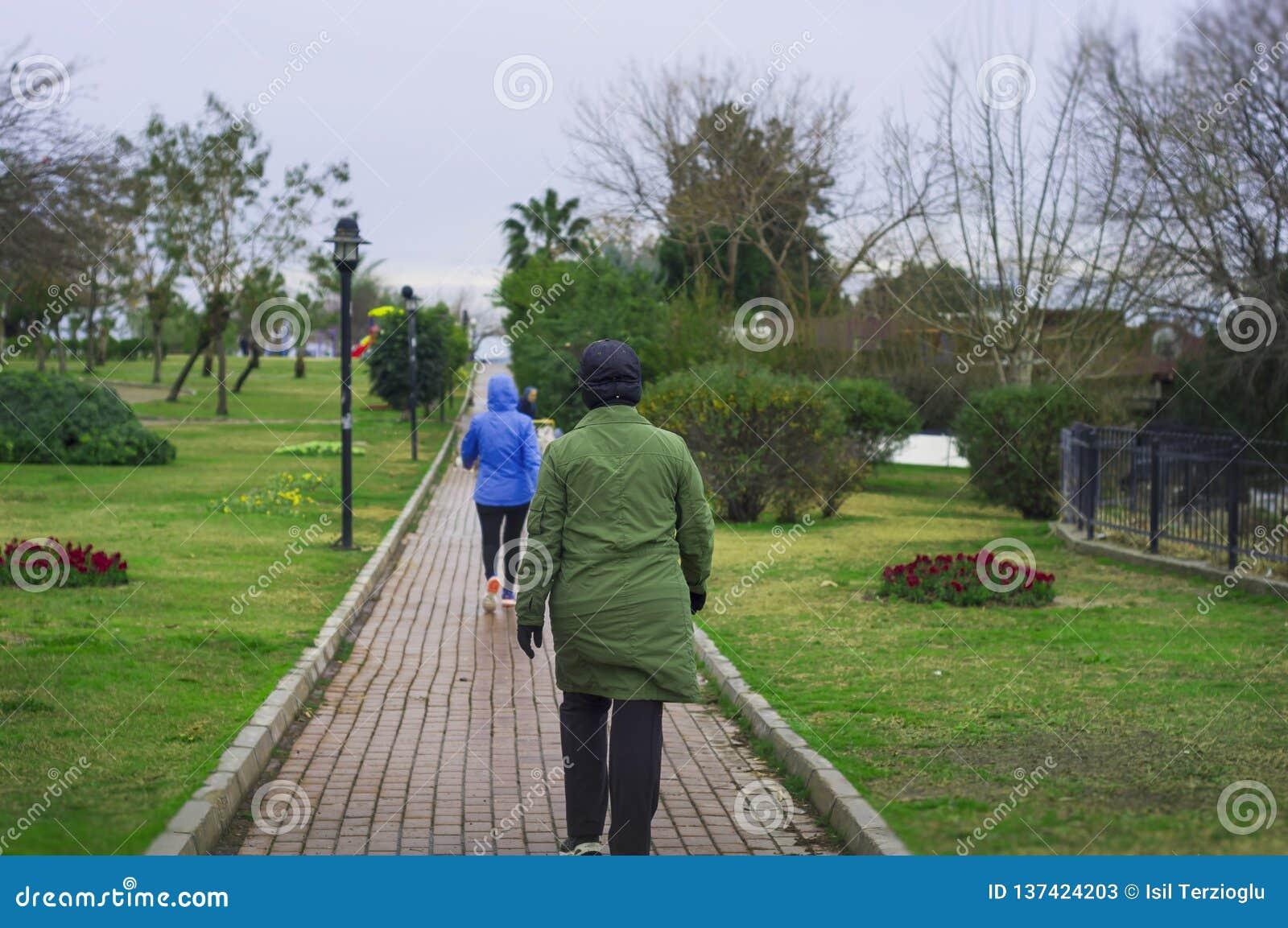 Frauen üben das Gehen in den Park aus