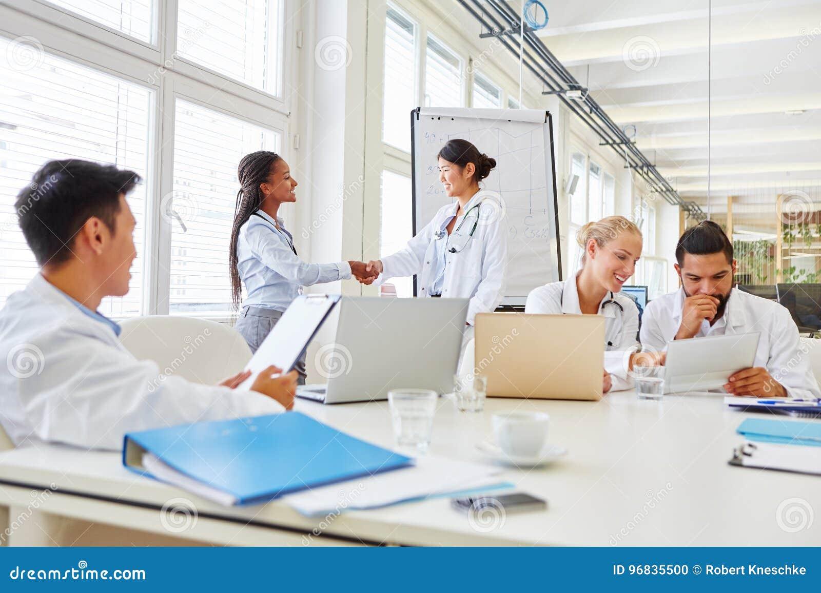 Frauen als Doktoren, die Hände rütteln