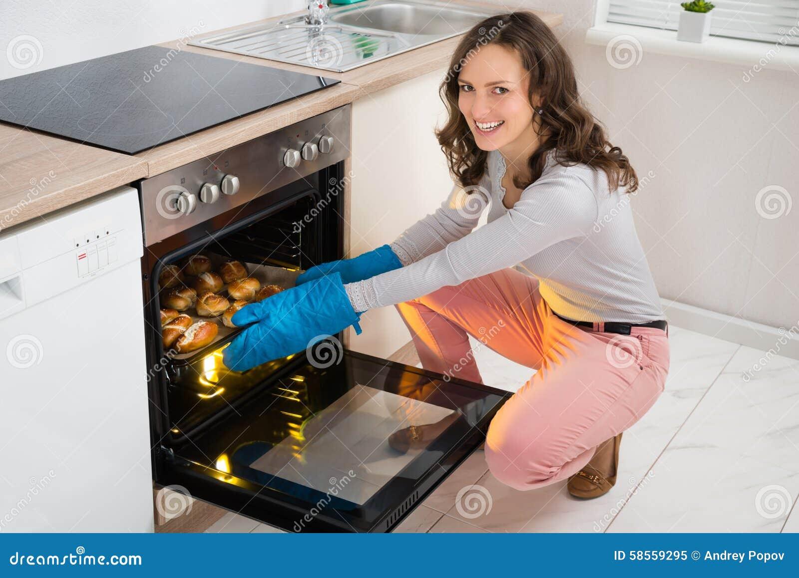 Backen Im Küchenofen : Frauen backen brötchen stockbild bild von haupt schön