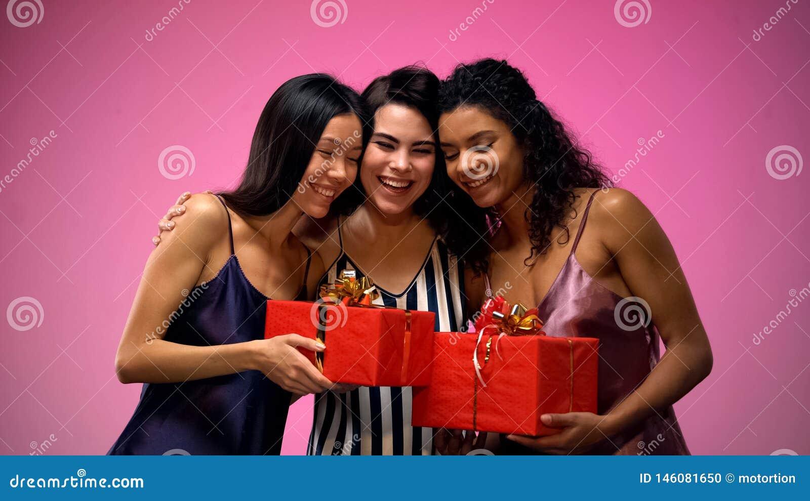 Frauen, die dem Freund Geschenke geben und, Spa? an der Brautdusche habend, Freude umarmen
