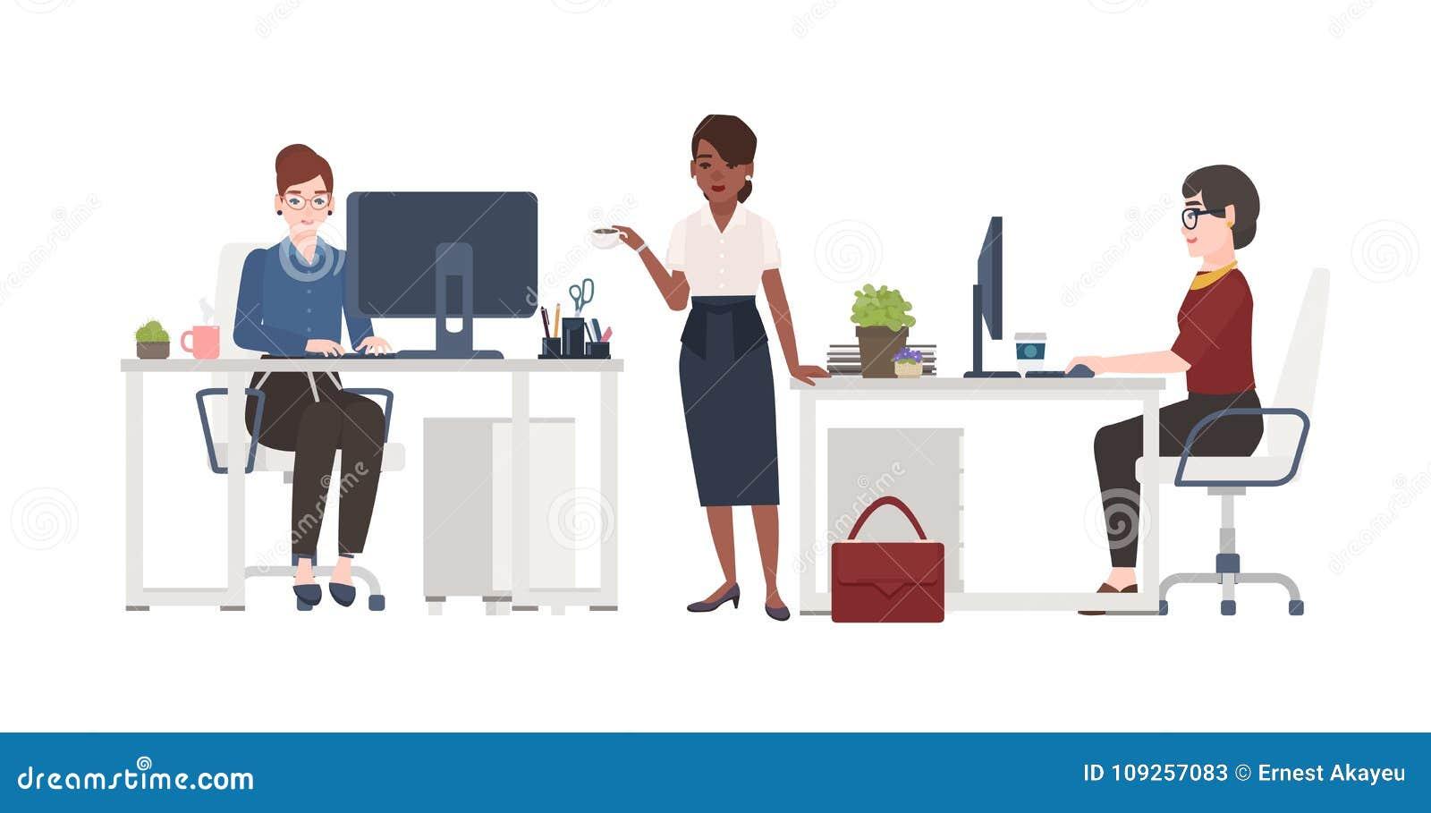 Frauen, die im Büro arbeiten Weibliche Sekretäre kleideten in der intelligenten Kleidung an, die in den Stühlen an den Schreibtis