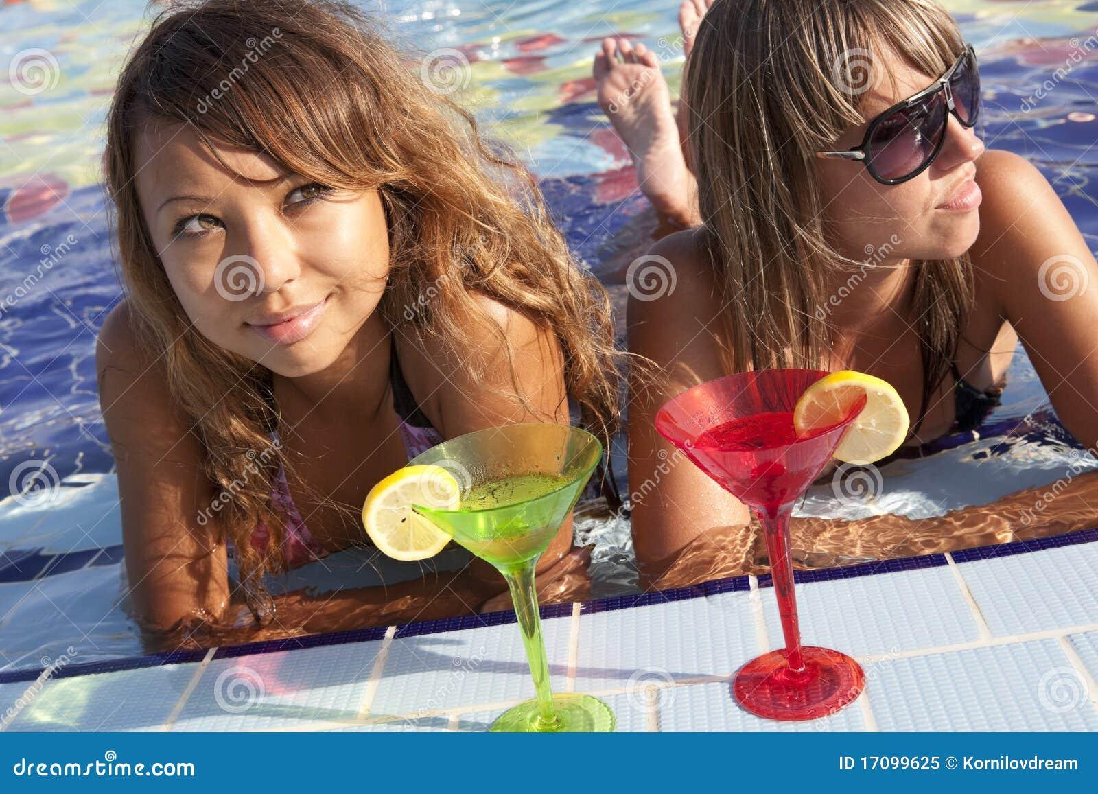 Frauen, die im Swimmingpool genießen