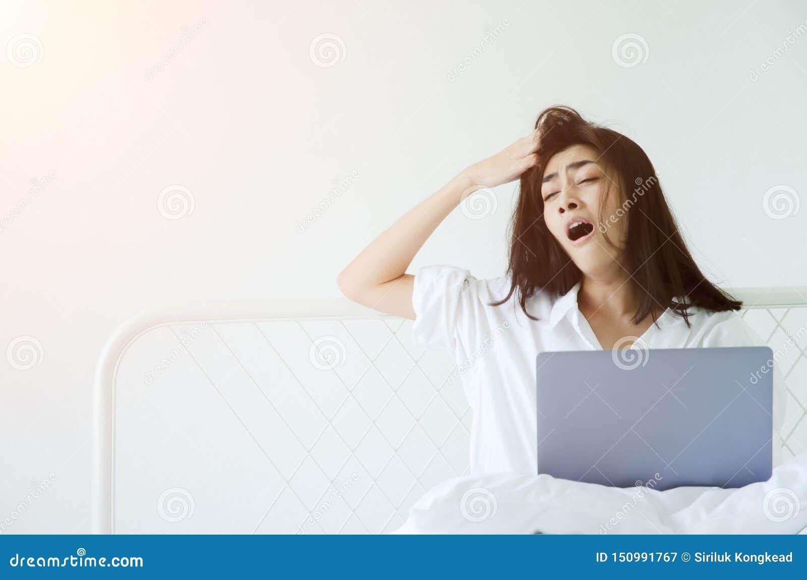 Frauen, die schläfrigen Computer bearbeiten