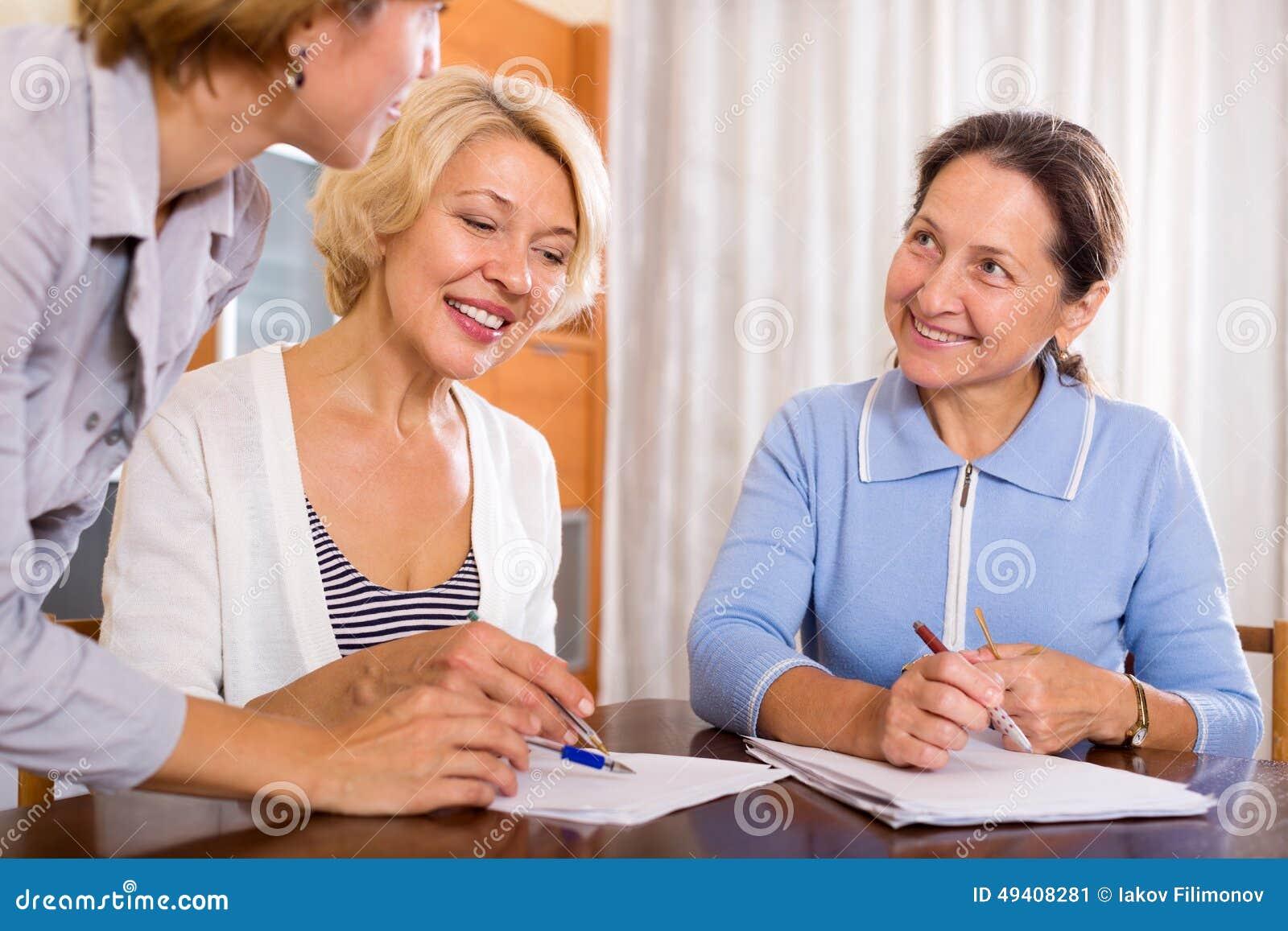 Download Frauen, Die Am Versicherungsagenten Sich Beraten Stockbild - Bild von europäisch, positiv: 49408281