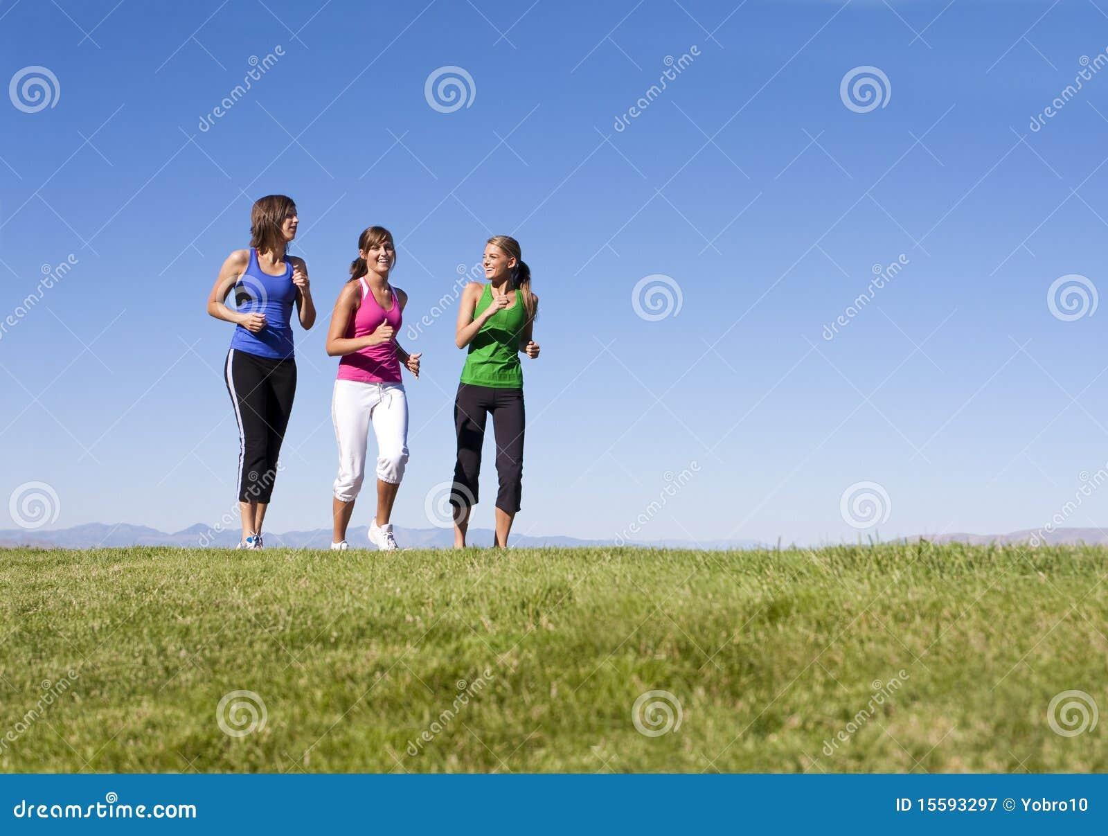 Frauen, die zusammen rütteln