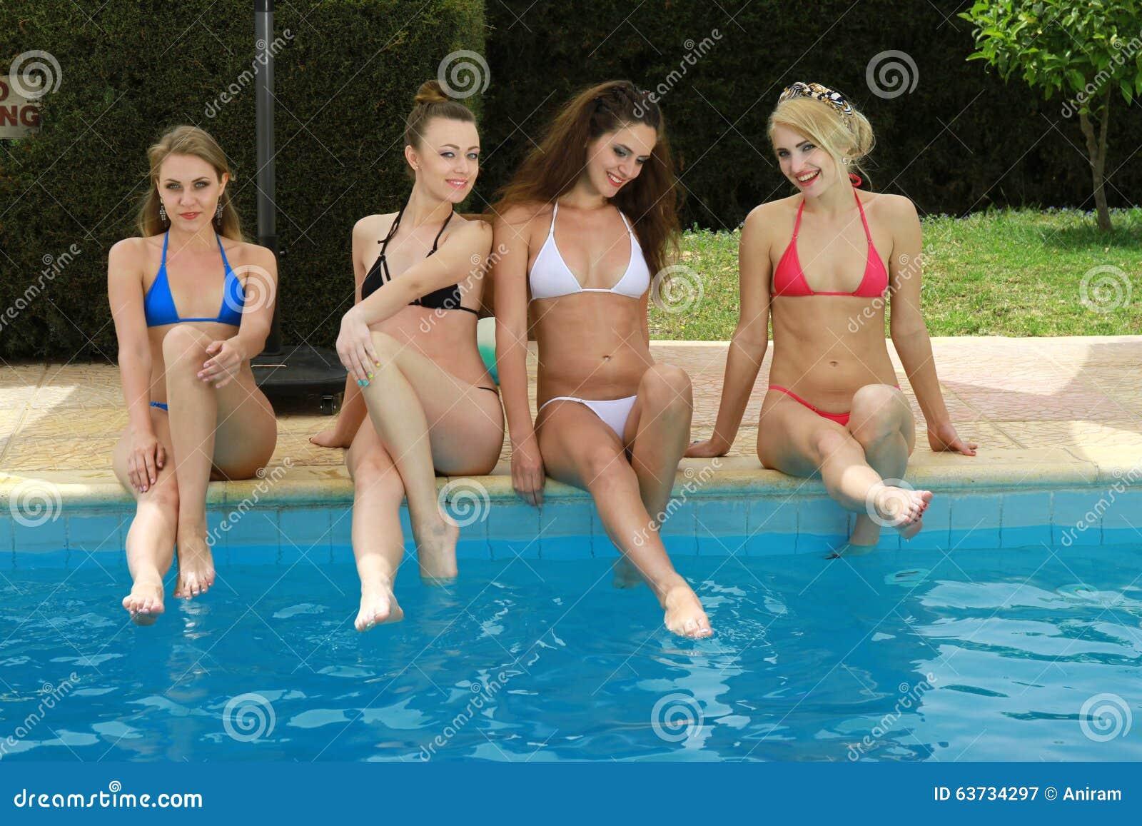 Rasierte Fotze der perversen mit riesigen Brüsten Jasmine Jae gefickt von das pool