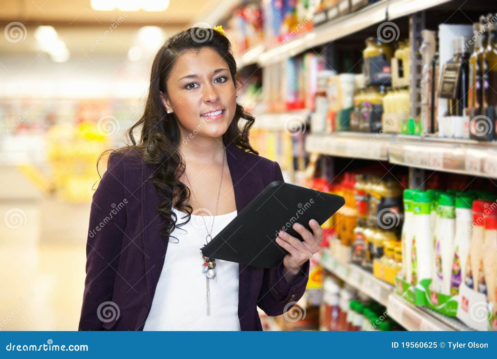 Frauen-Einkaufen Mit Digital-Tablette Stockbild - Bild von