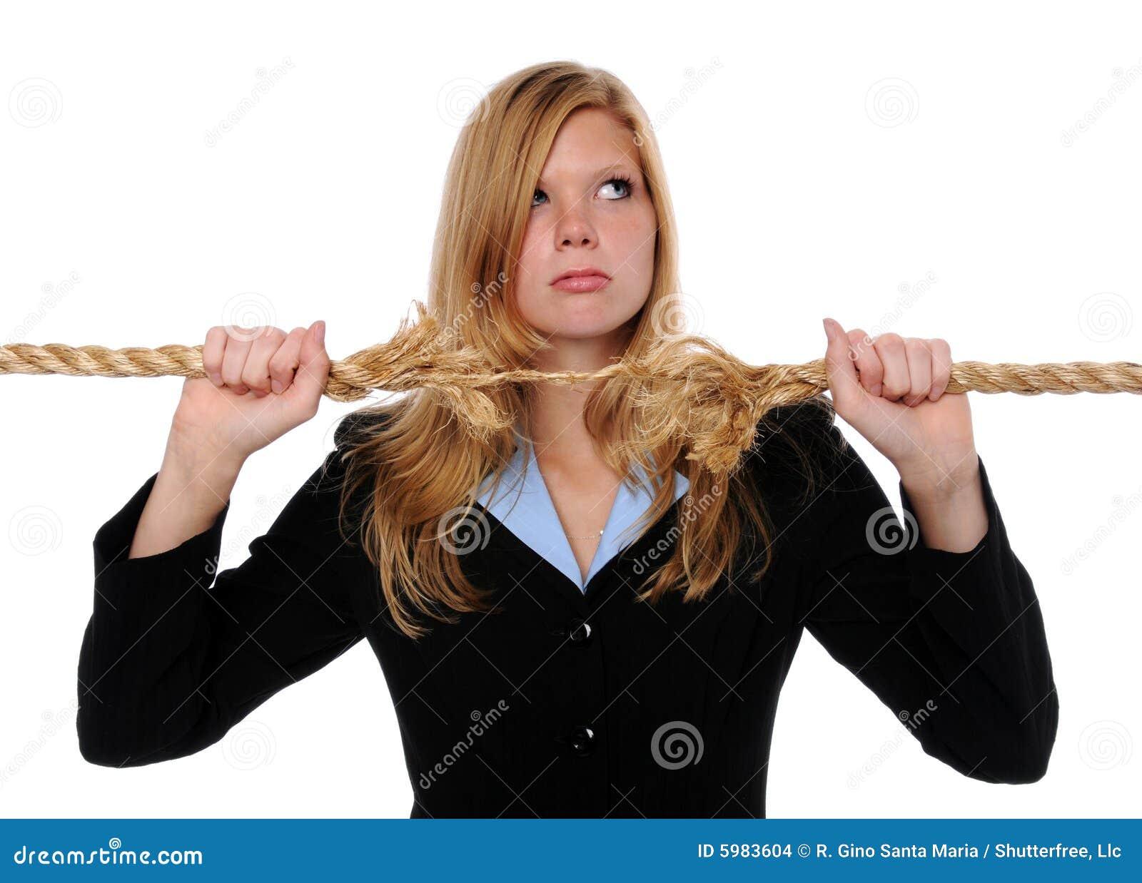 Frauen-Holding ausgefranstes Seil
