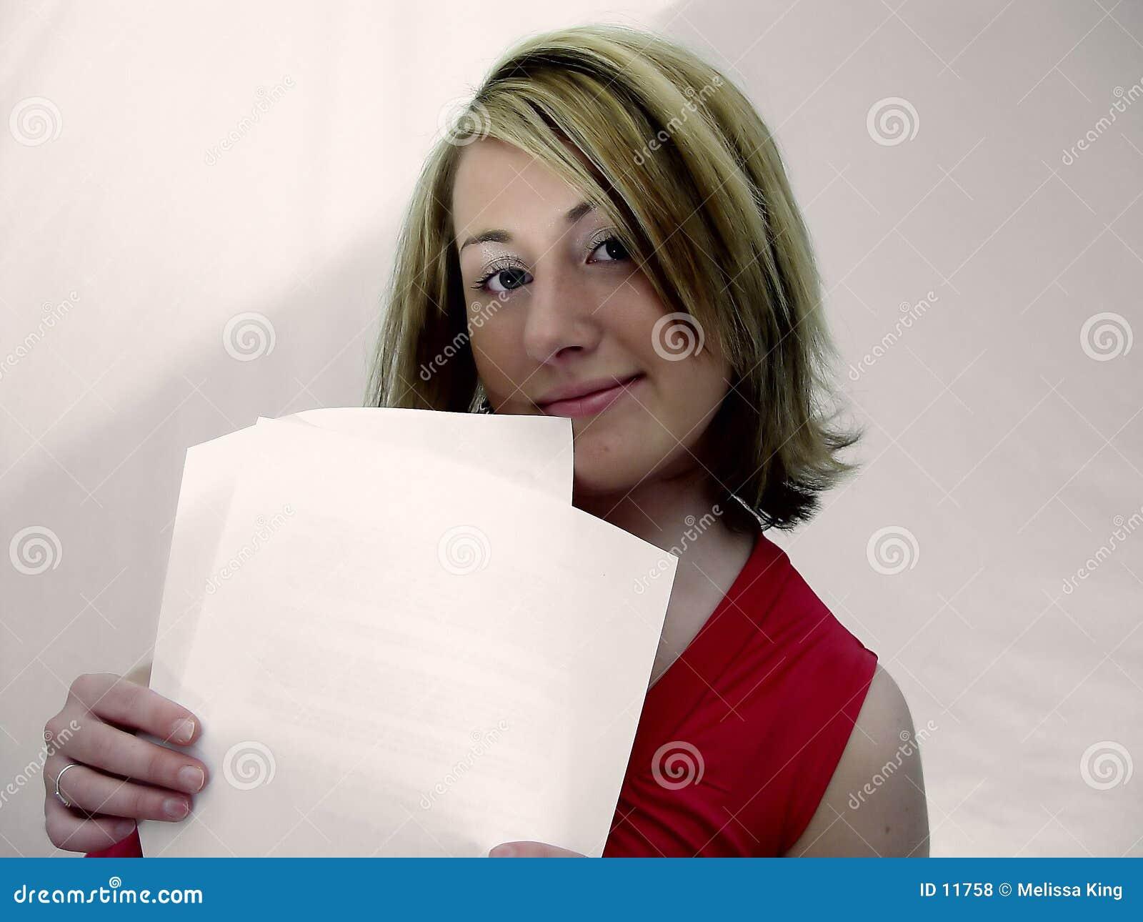 Frauen-Holding-Papiere