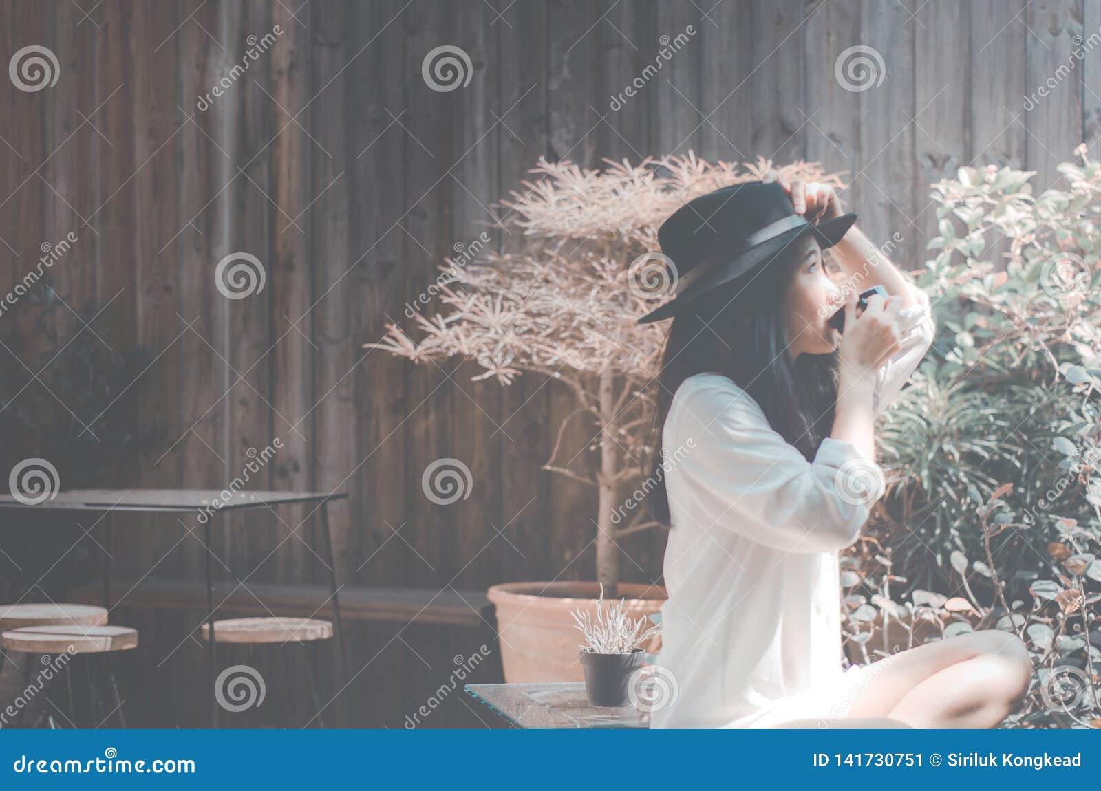 Frauen im Garten morgens Kaffee trinkend