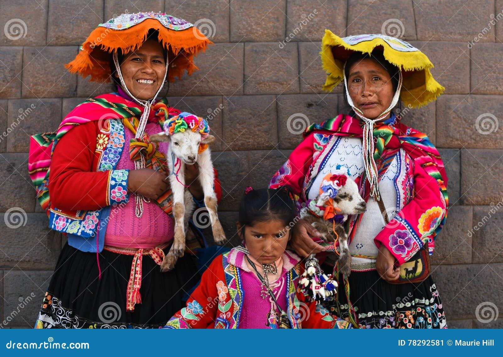 Frauen im Trachtenkleid in der Piazza Cusco Peru