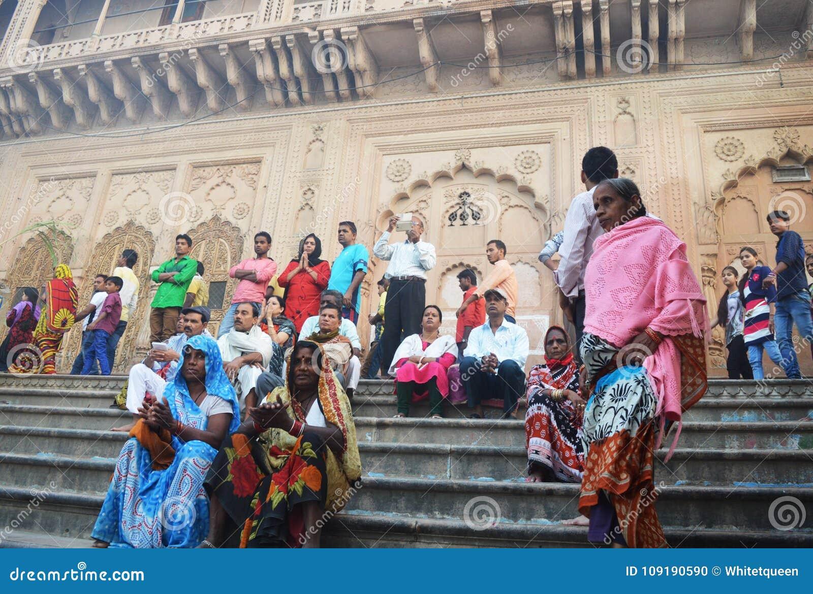 Frauen in Indien sitzen auf der Treppe