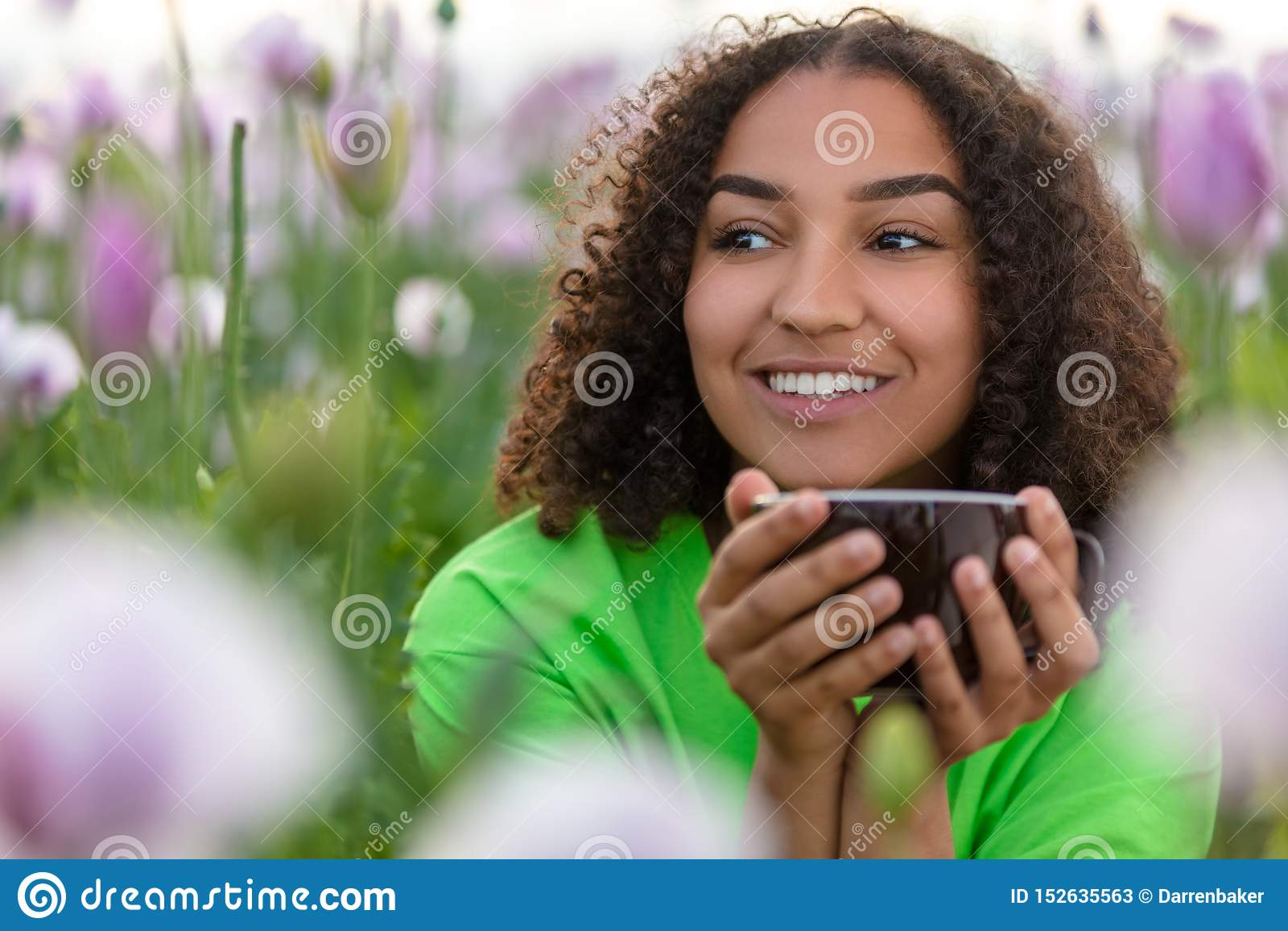 Frauen-Mädchen-Jugendlich-Feld des Blumen-Trinkbechers Kaffees oder Tees