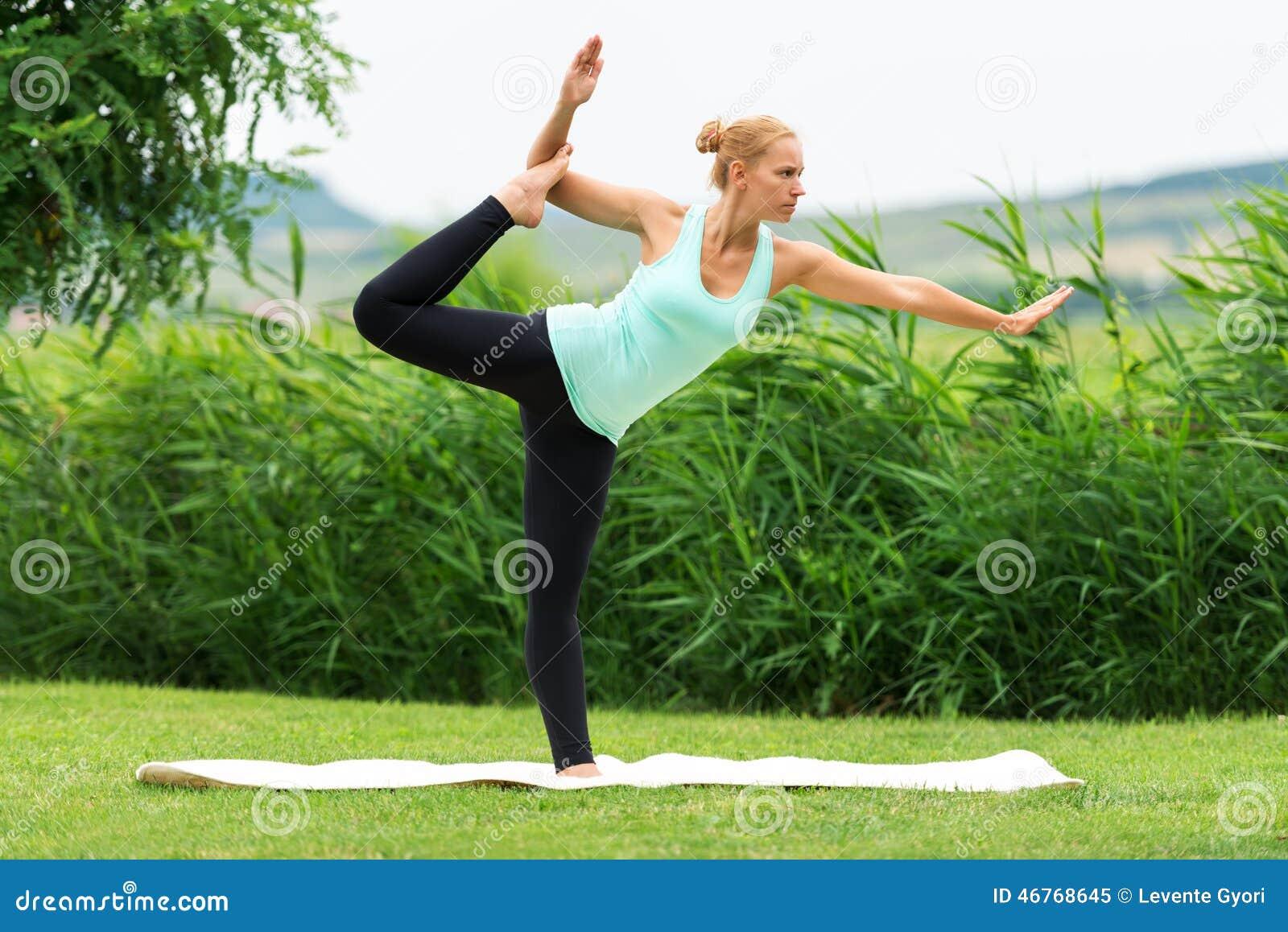 Frauen Machen Yoga In Der Natur Auf Dem Grünen Gras, Natarajasana ...