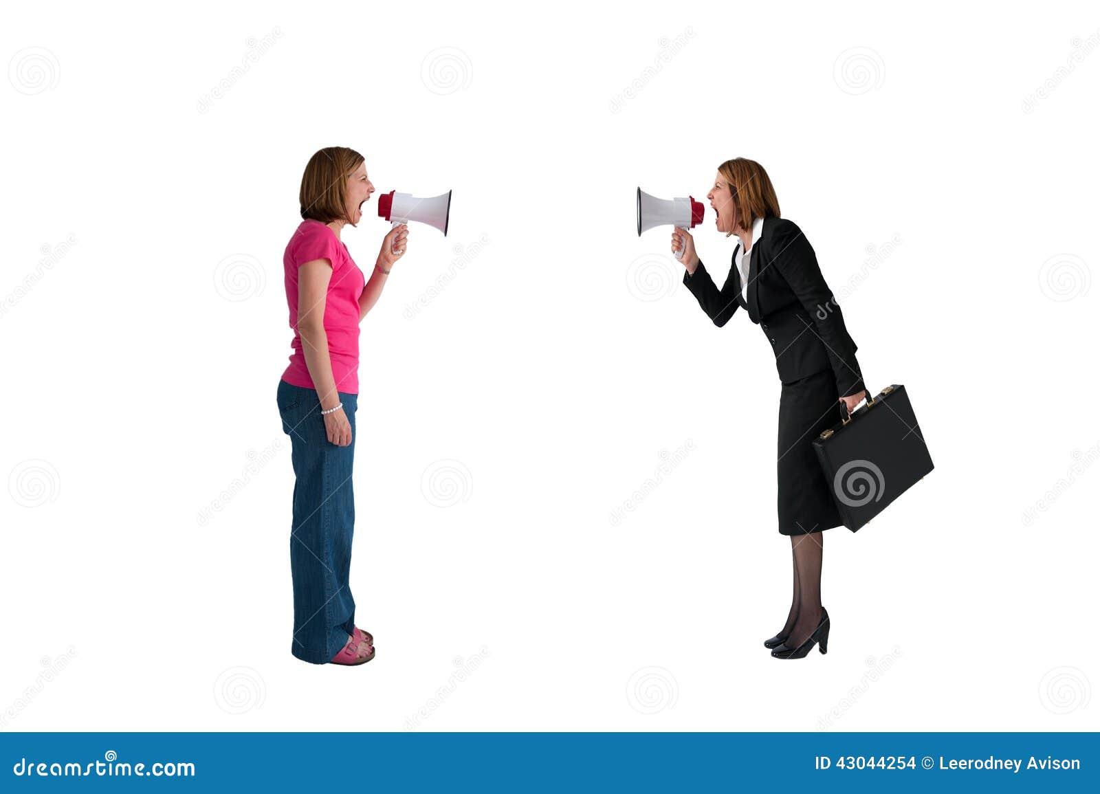 Frauen mit dem Megaphonschreien lokalisiert