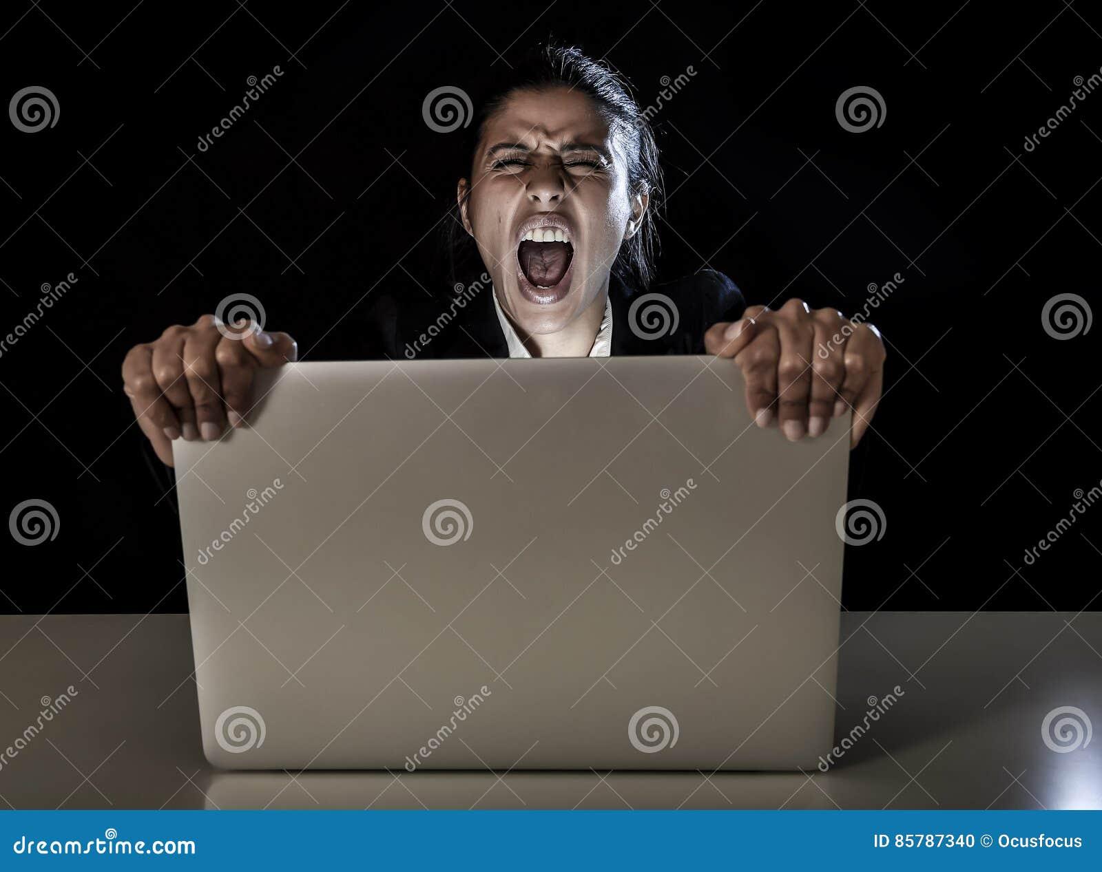 Frauen- oder Studentenmädchen, das spät an Laptop-Computer nachts den schreienden Schirm halten arbeitet