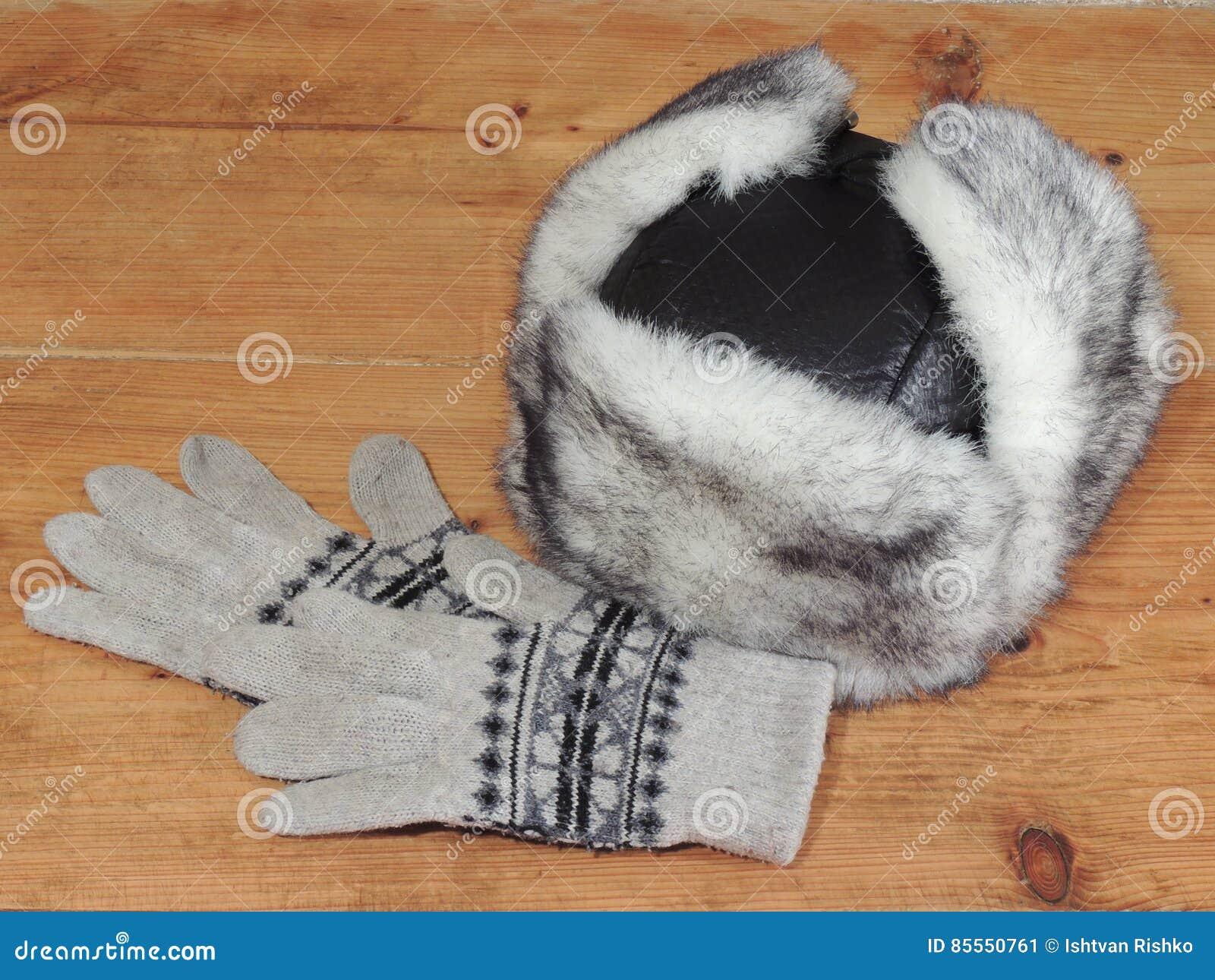 Frauen ` s Winterhut und -handschuhe