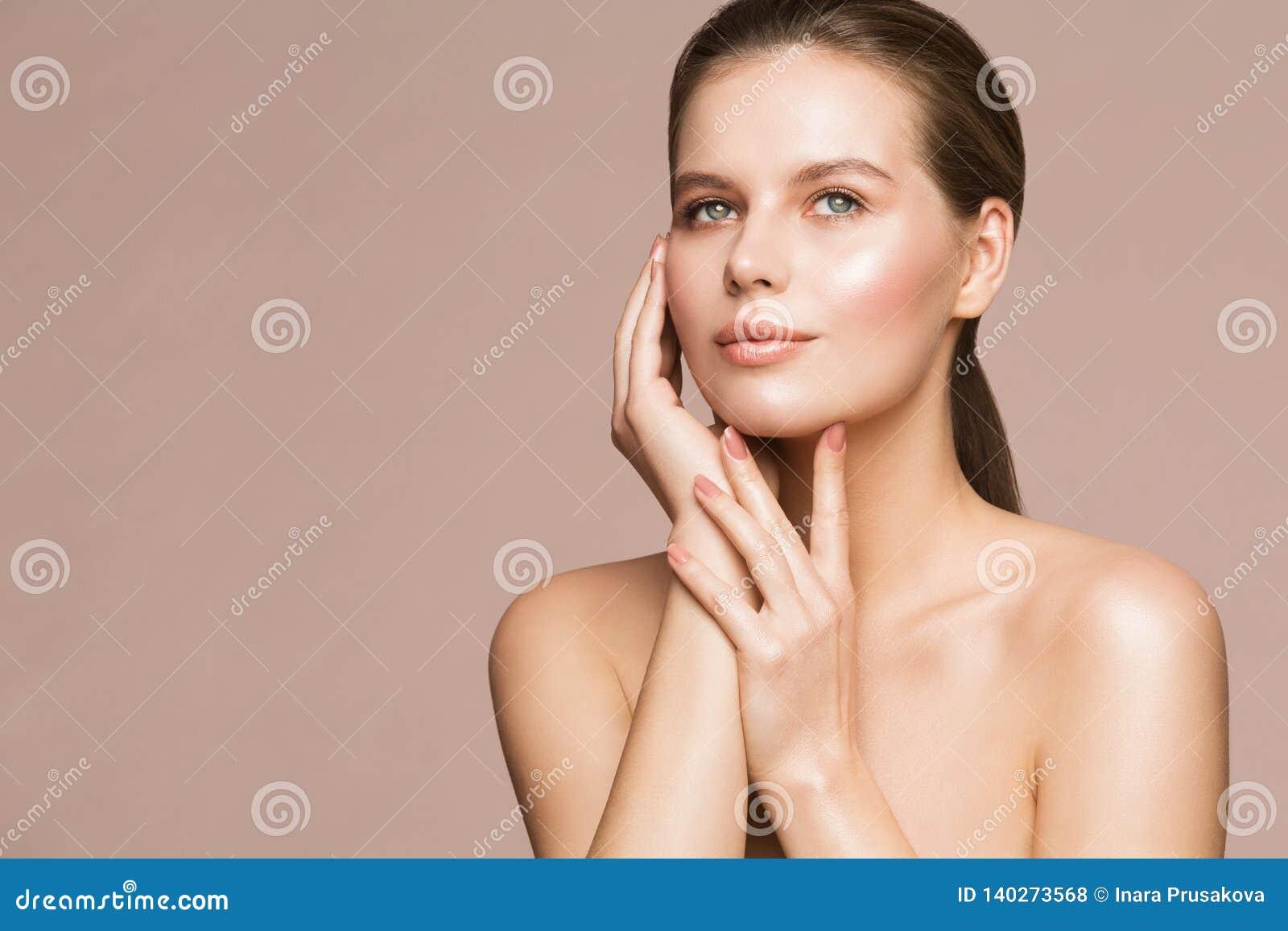Frauen-Schönheits-Porträt, vorbildliches Touching Face, schöne Mädchen-Hautpflege und Behandlung