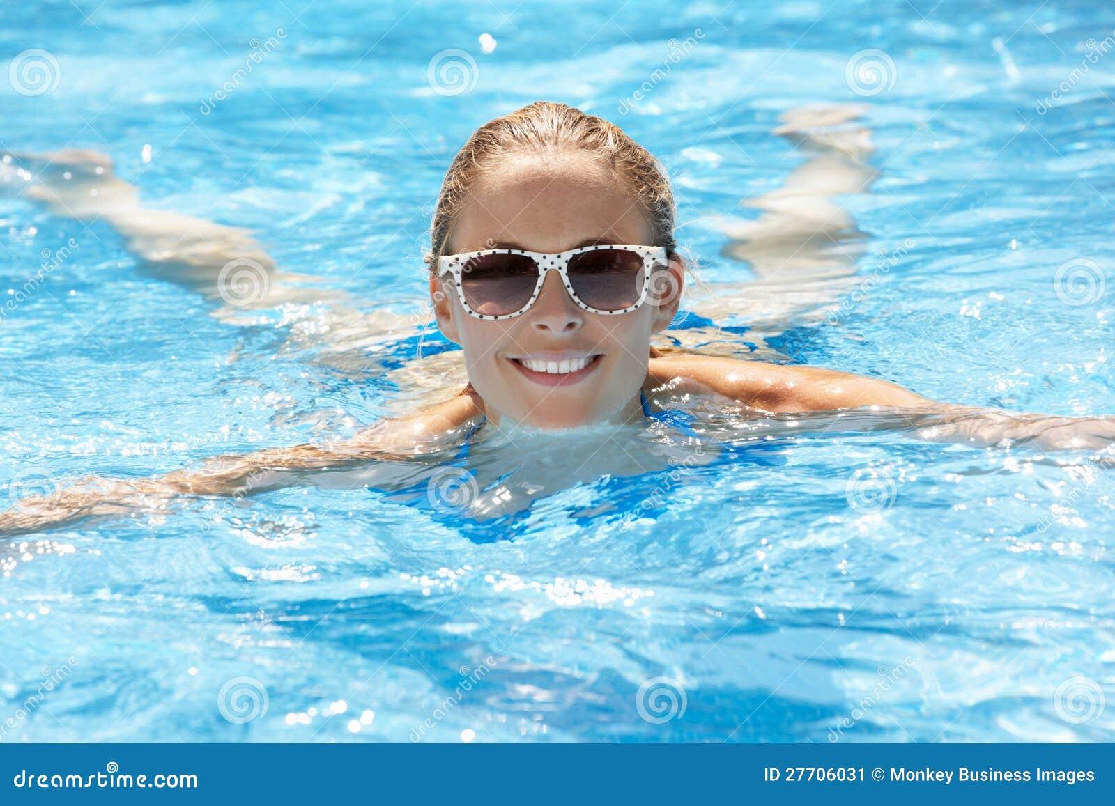 Frauen-Schwimmen im Pool