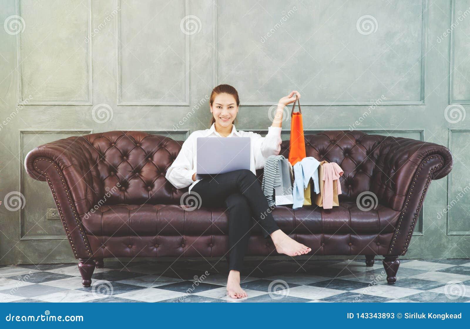 Frauen tragen wei?e Hemden