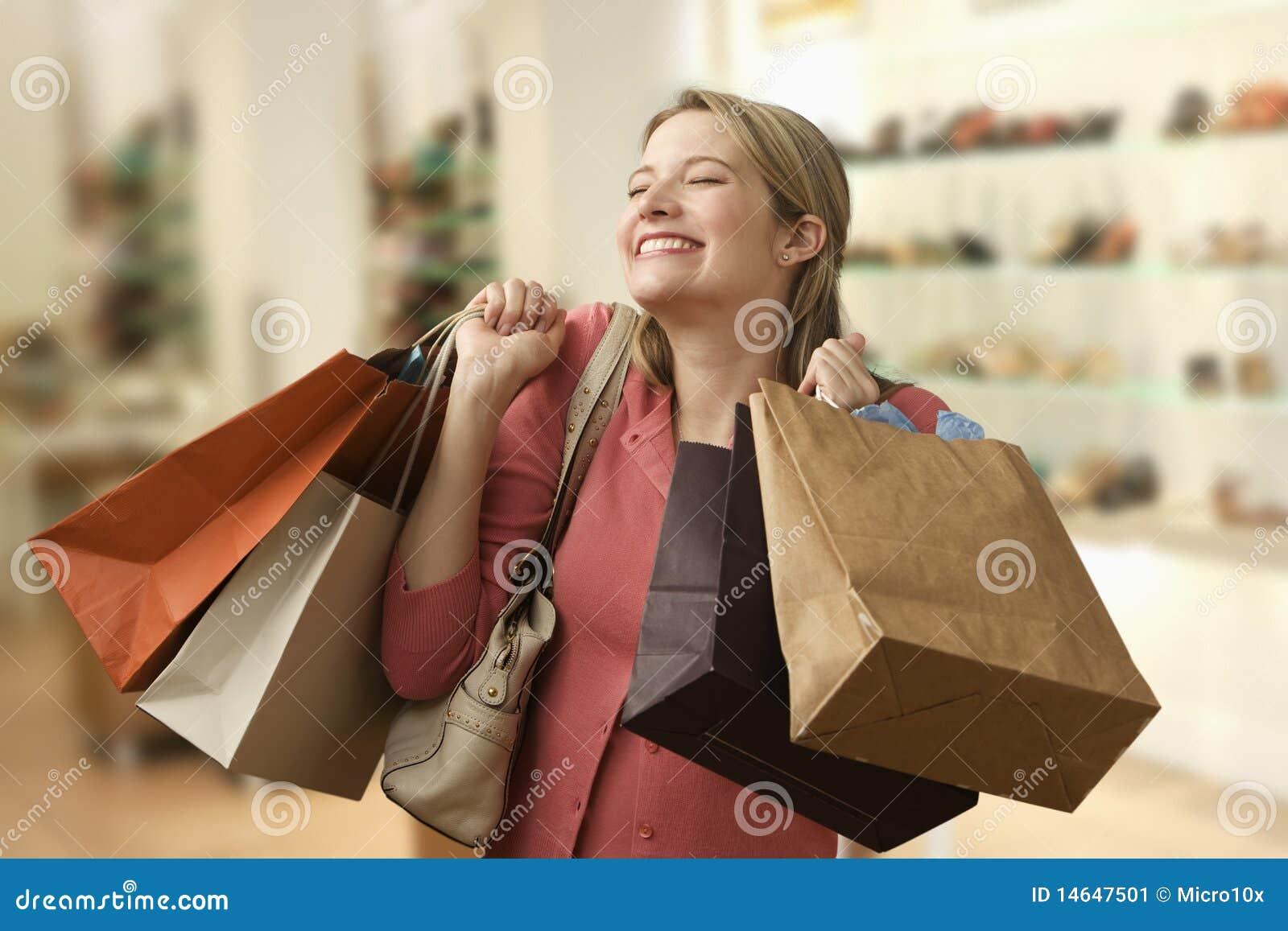 Frauen-tragende Einkaufen-Beutel Stockbild - Bild von