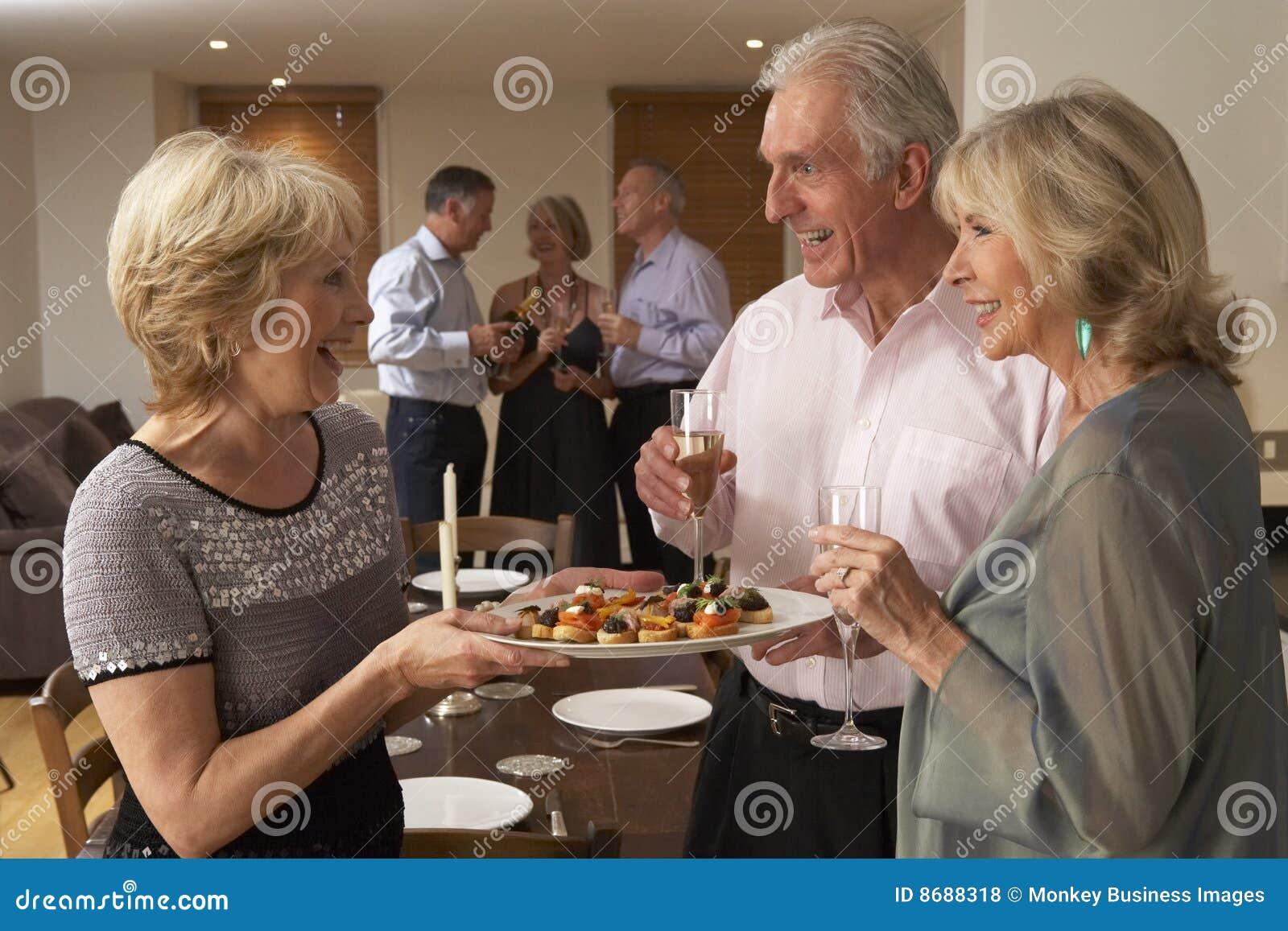 Frauen-Umhüllung-Vorspeisen am Abendessen