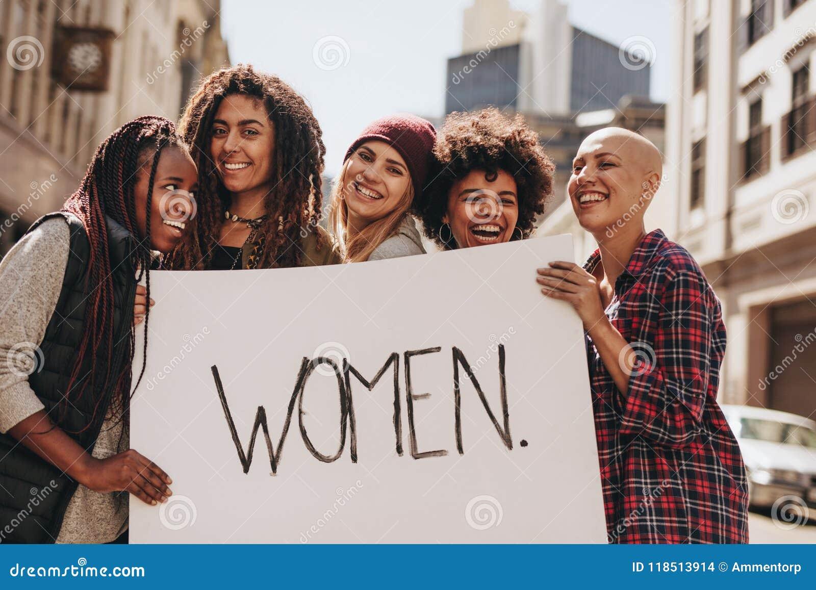 Frauenaktivisten, die während eines Protestes genießen