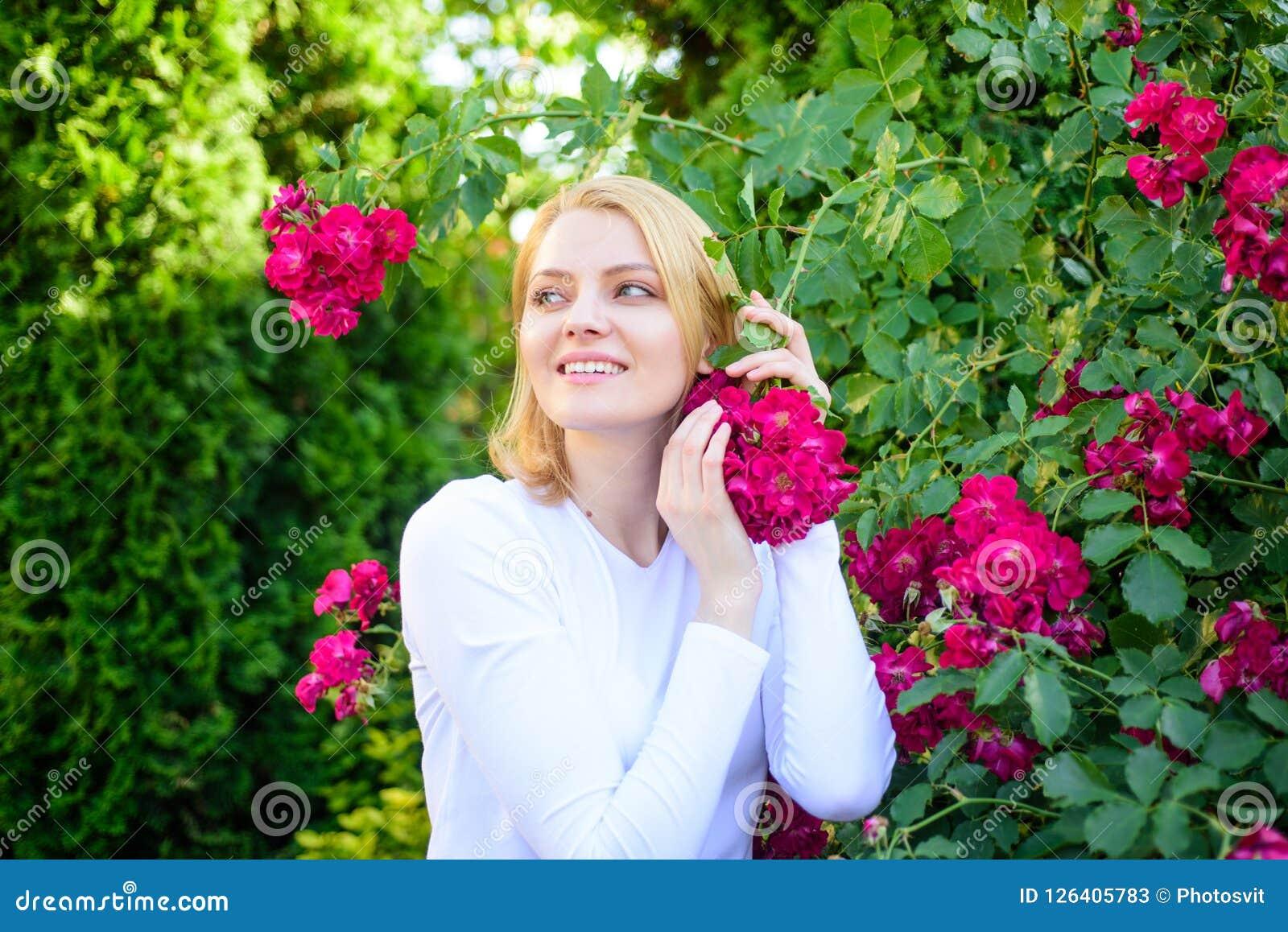 Frauenatemzug blüht Duft Zarter Geruch und Naturschönheit Mädchen und Blumen auf Naturhintergrund Rosen-Auszugöl