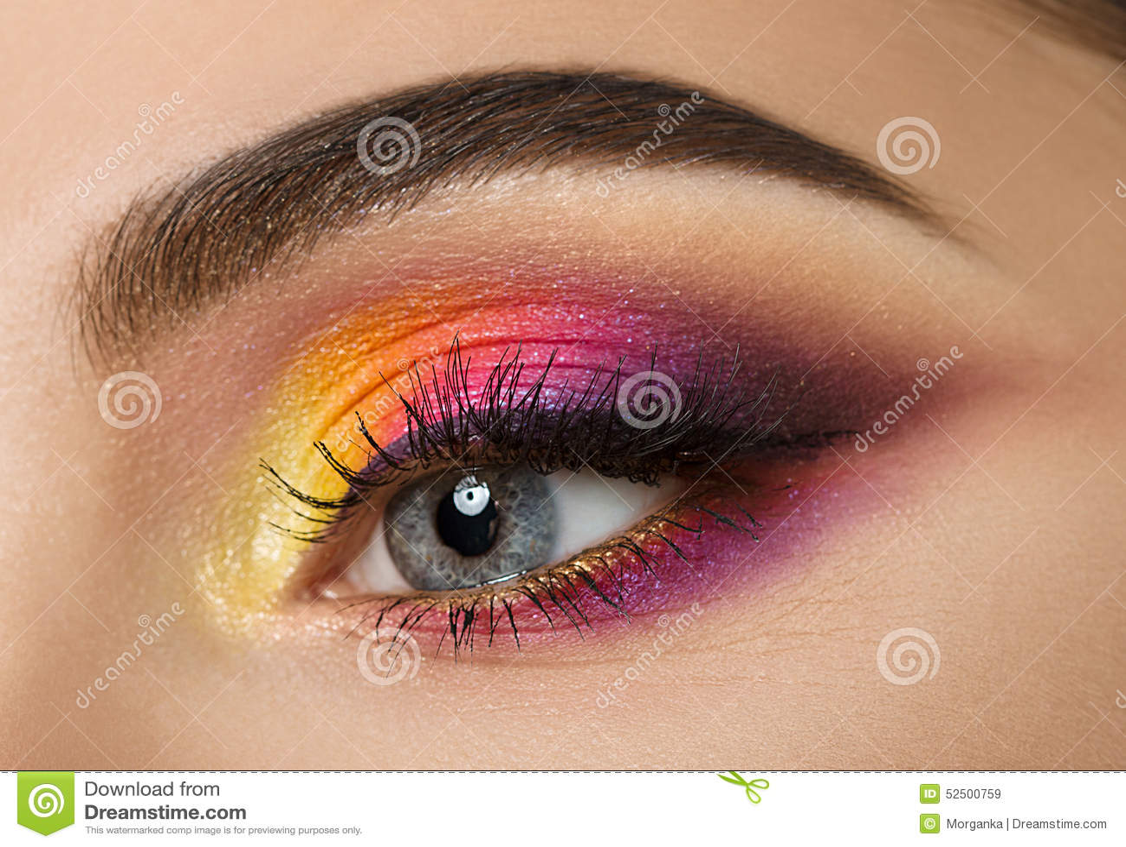 Frauenauge mit schönem buntem Make-up