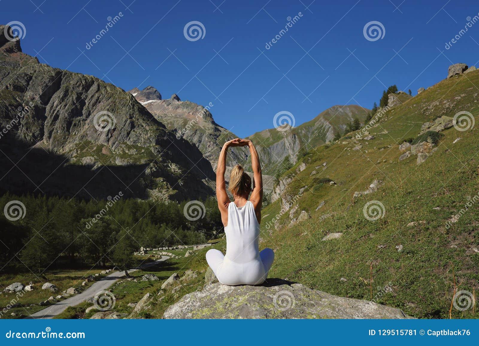 Frauenausdehnen und -yoga
