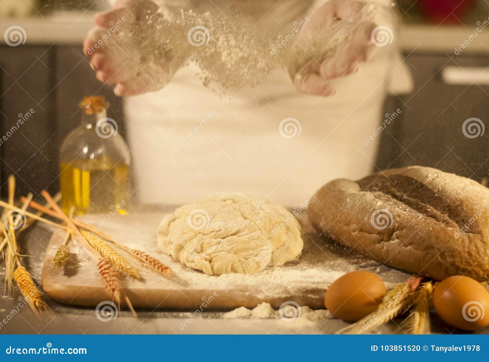 Frauenbäcker übergibt, knetet Teig und Herstellungsbrot, Butter, Tomatenmehl