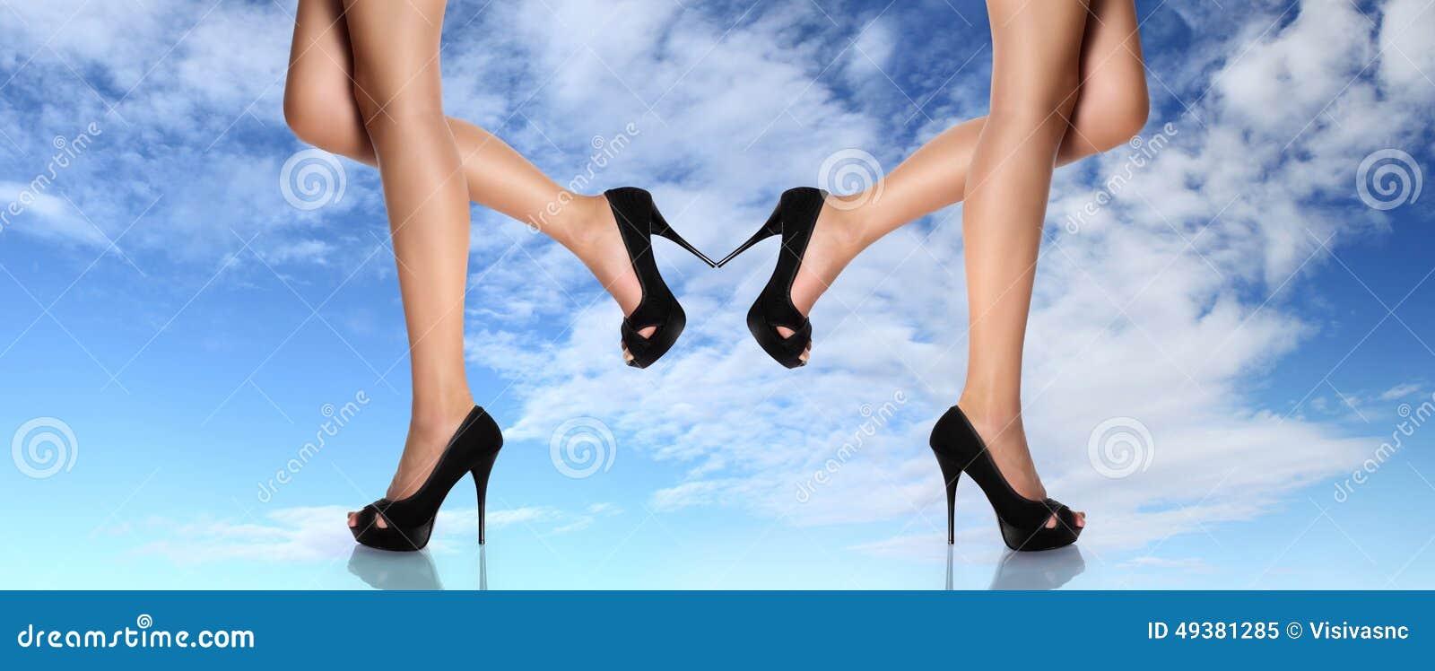 Frauenbeine Mit Schwarzem Beschuht Stilettfersenkonzept