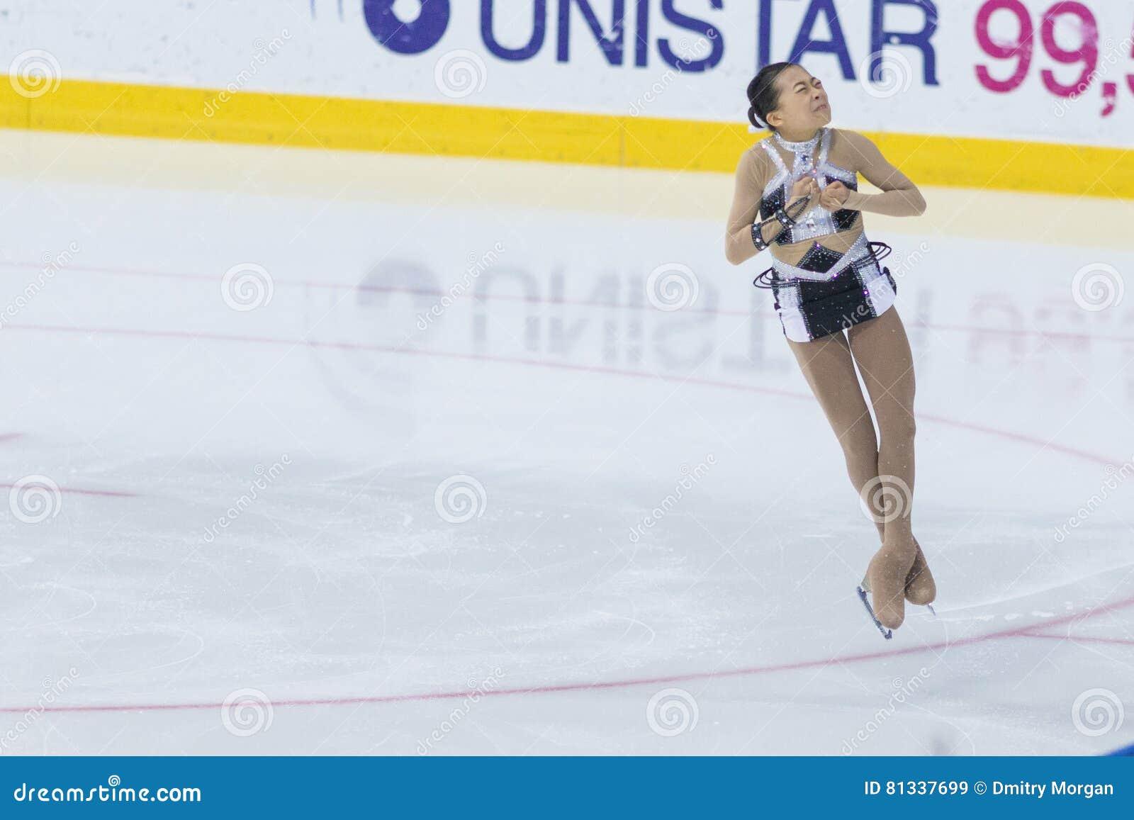 Frauenfigur-Schlittschuhläufer führt Damen-freies Eislaufprogramm Eis-Stern-am internationalen Eiskunstlaufwettbewerb durch