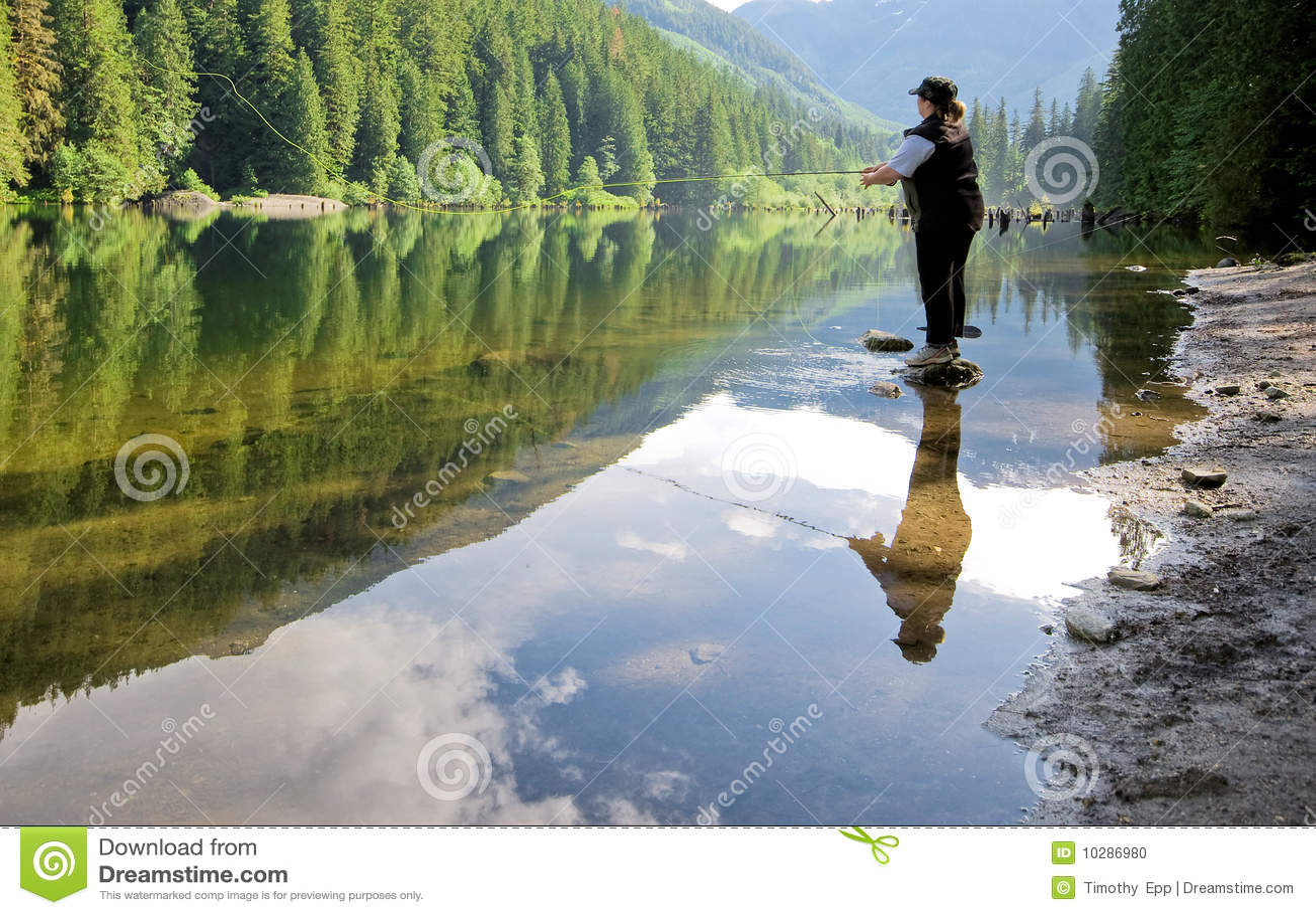 Frauenfliegenfischen in einem See