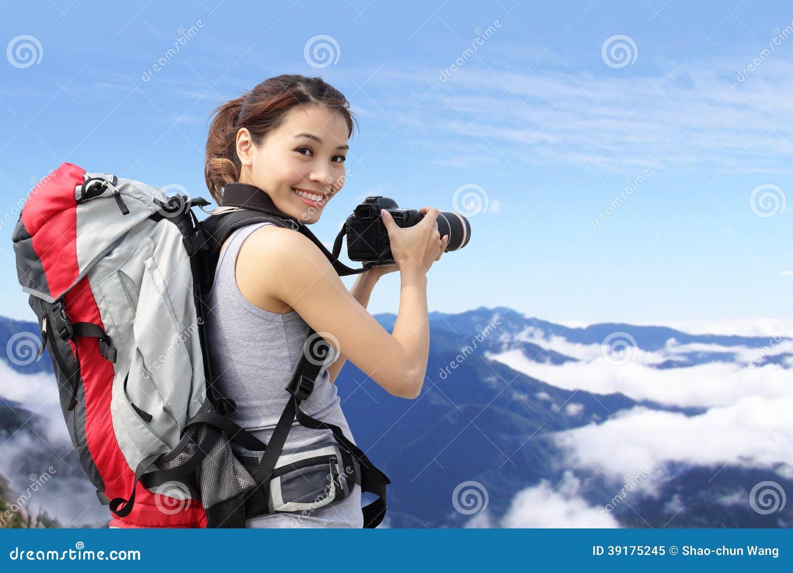 Frauengebirgswanderer, der Fotos macht