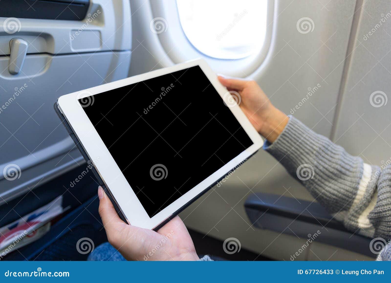Frauengebrauch der digitalen Tablette in der Fläche