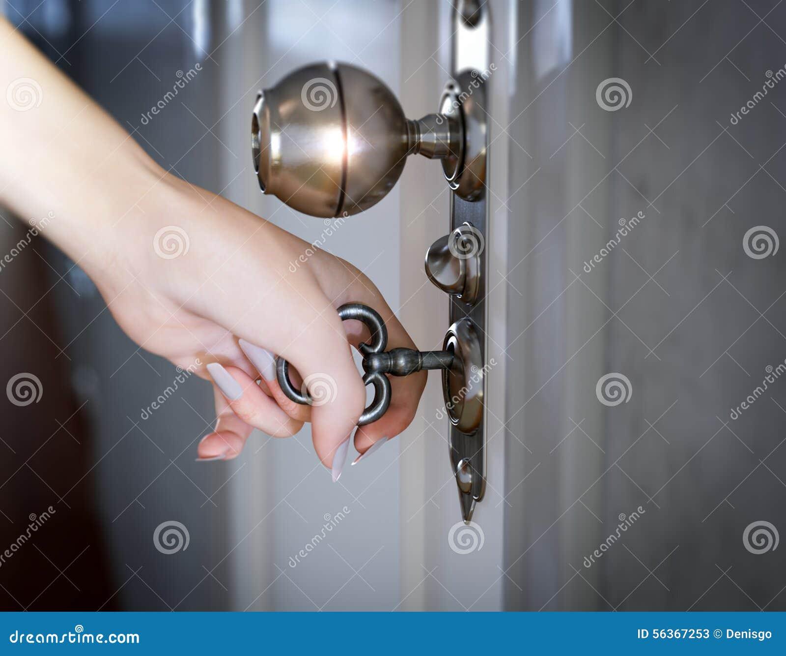 Frauenhand, die den Türbegriffshintergrund öffnet