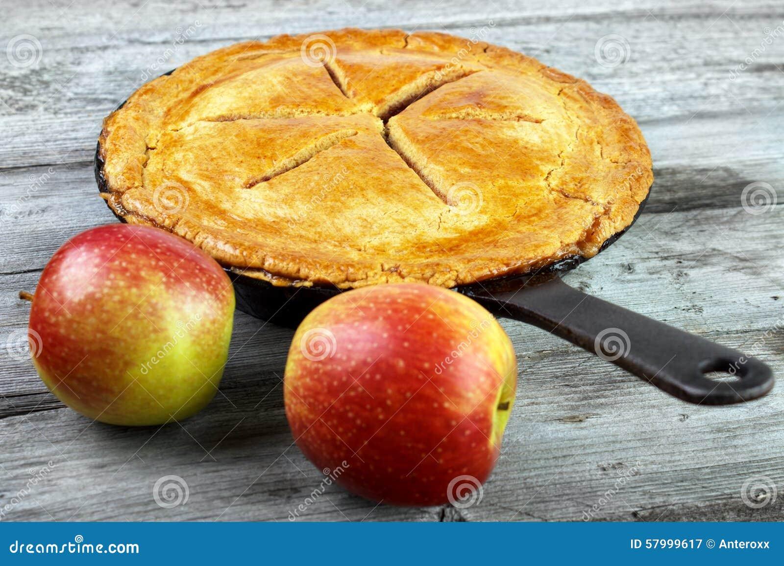 Frauenholding, die Apfelkuchen zeigt
