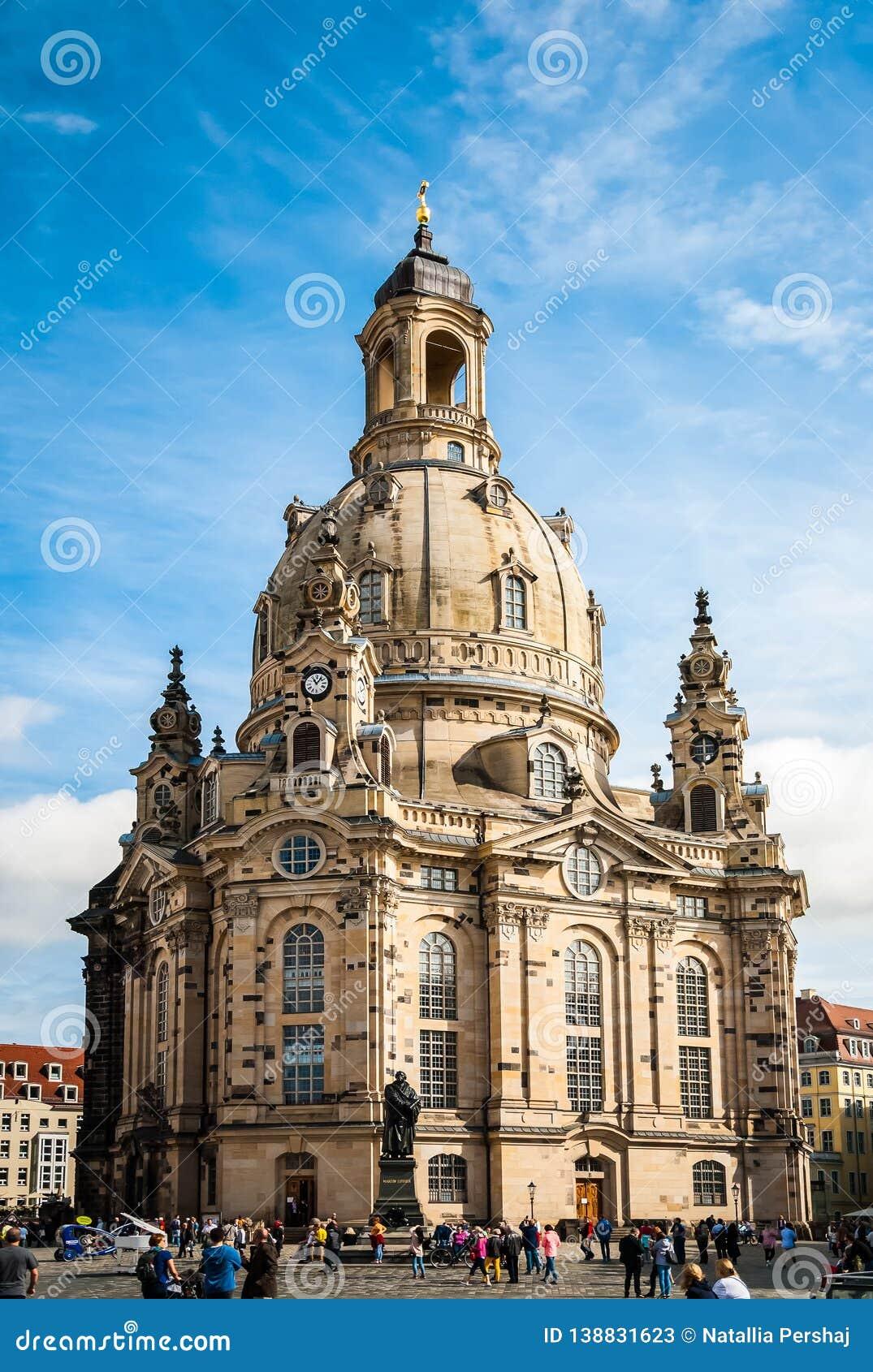 Frauenkirche马丁・路德我们的夫人教会和雕象在老镇的中心在德累斯顿,德国
