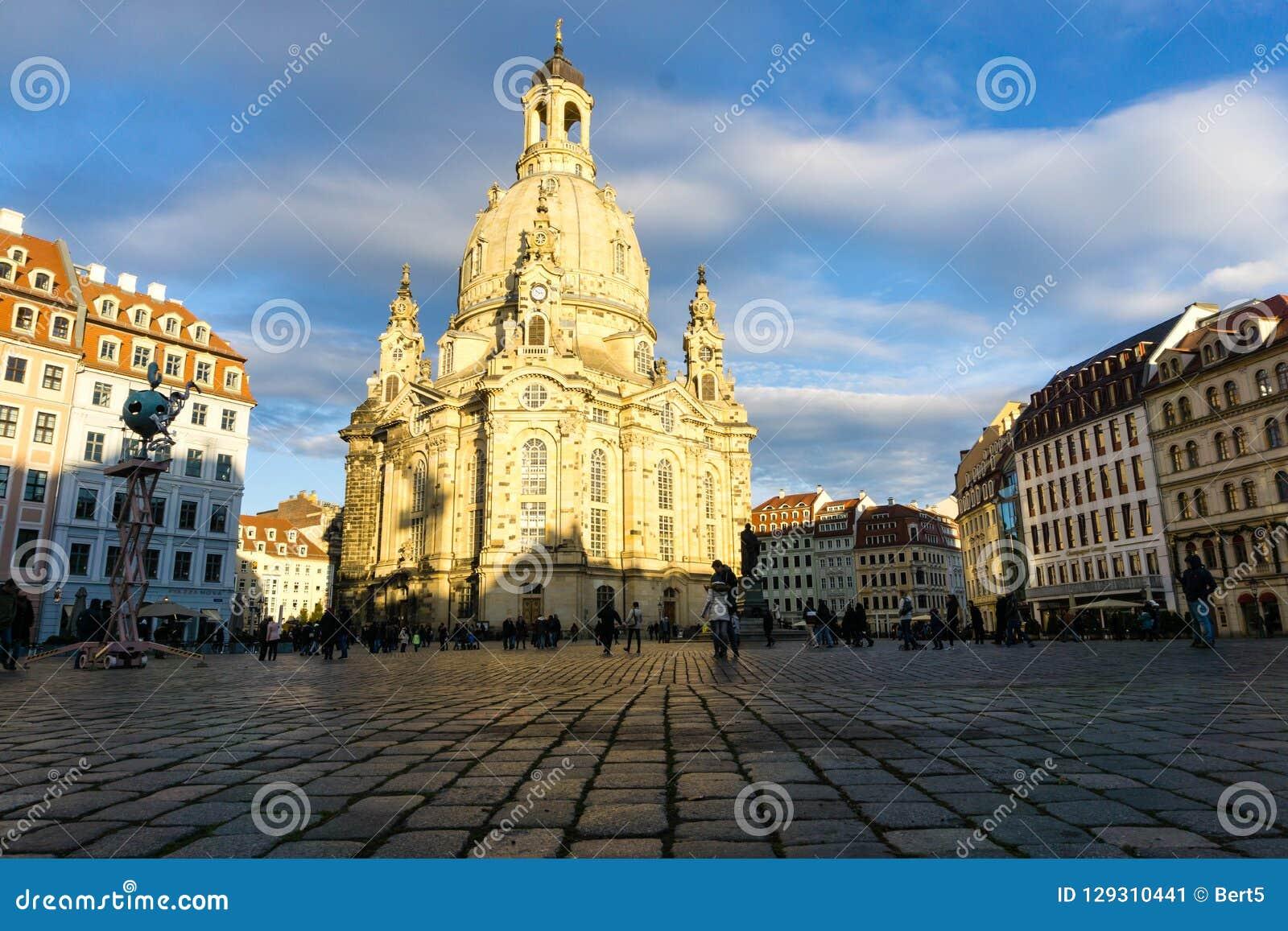 Frauenkirche в Дрездене на Neumarkt на голубом небе Саксонии Германии
