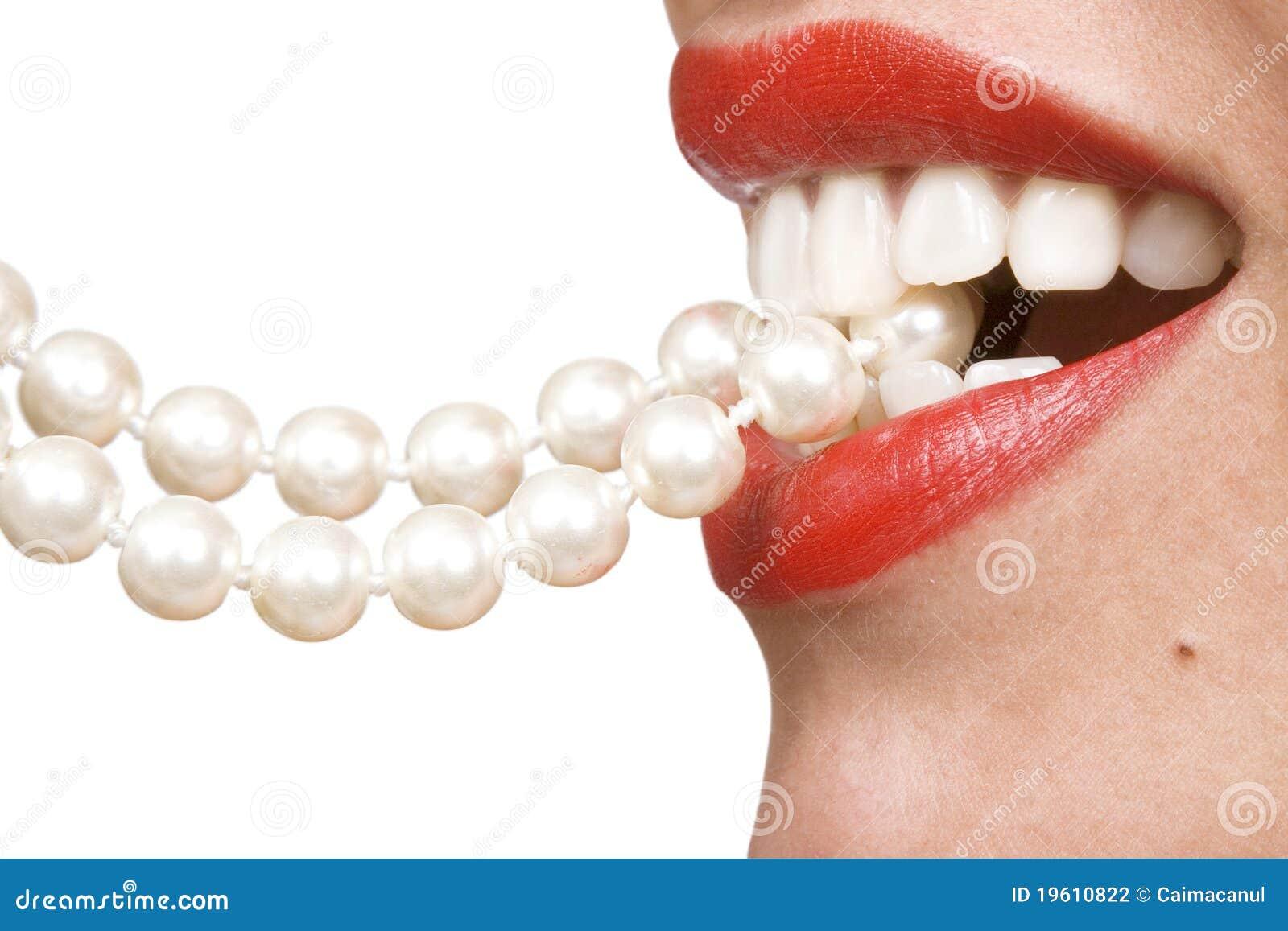Frauenlächeln, das weiße Zähne zeigt
