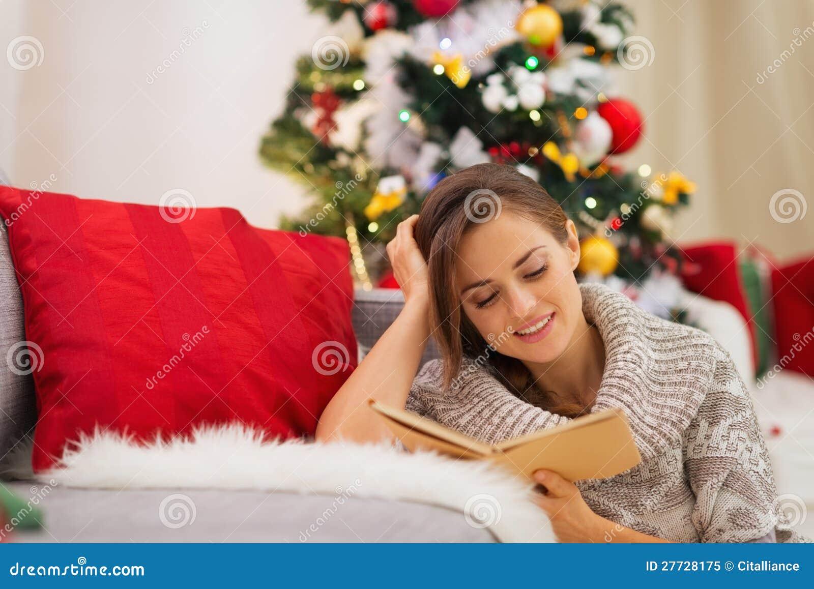 Frauenlesebuch nahe Weihnachtsbaum